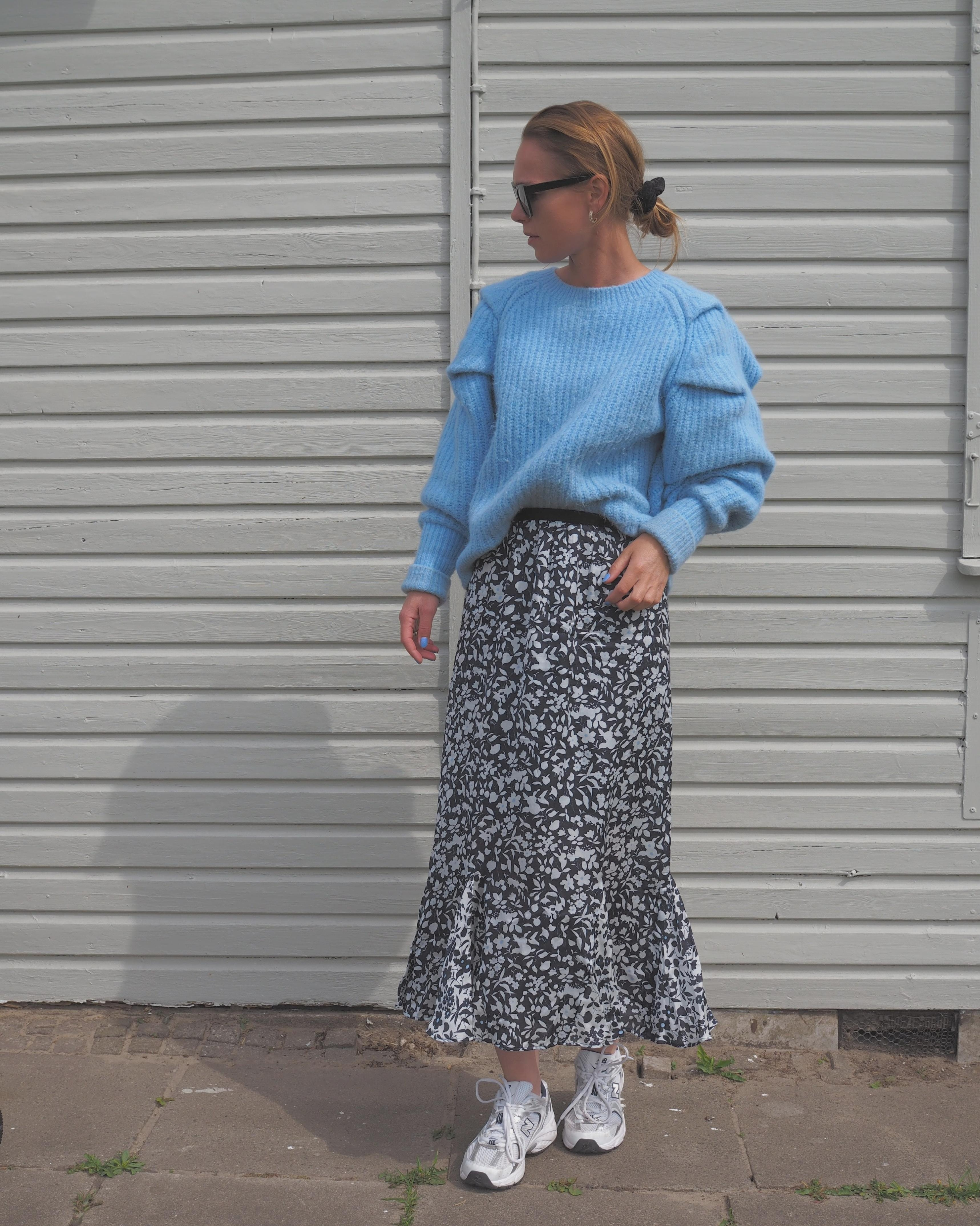 💙🌼 #skirt #fashioncrush #sneakers #blumenrock #rock #knit #schrebergartenliebe #laube