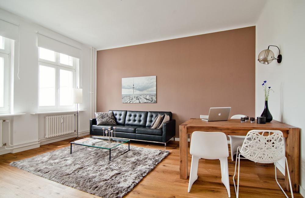 2 Zimmer Wohnung Berlin Couchtisch Dielenboden Holztisch Wandfarbe Teppich