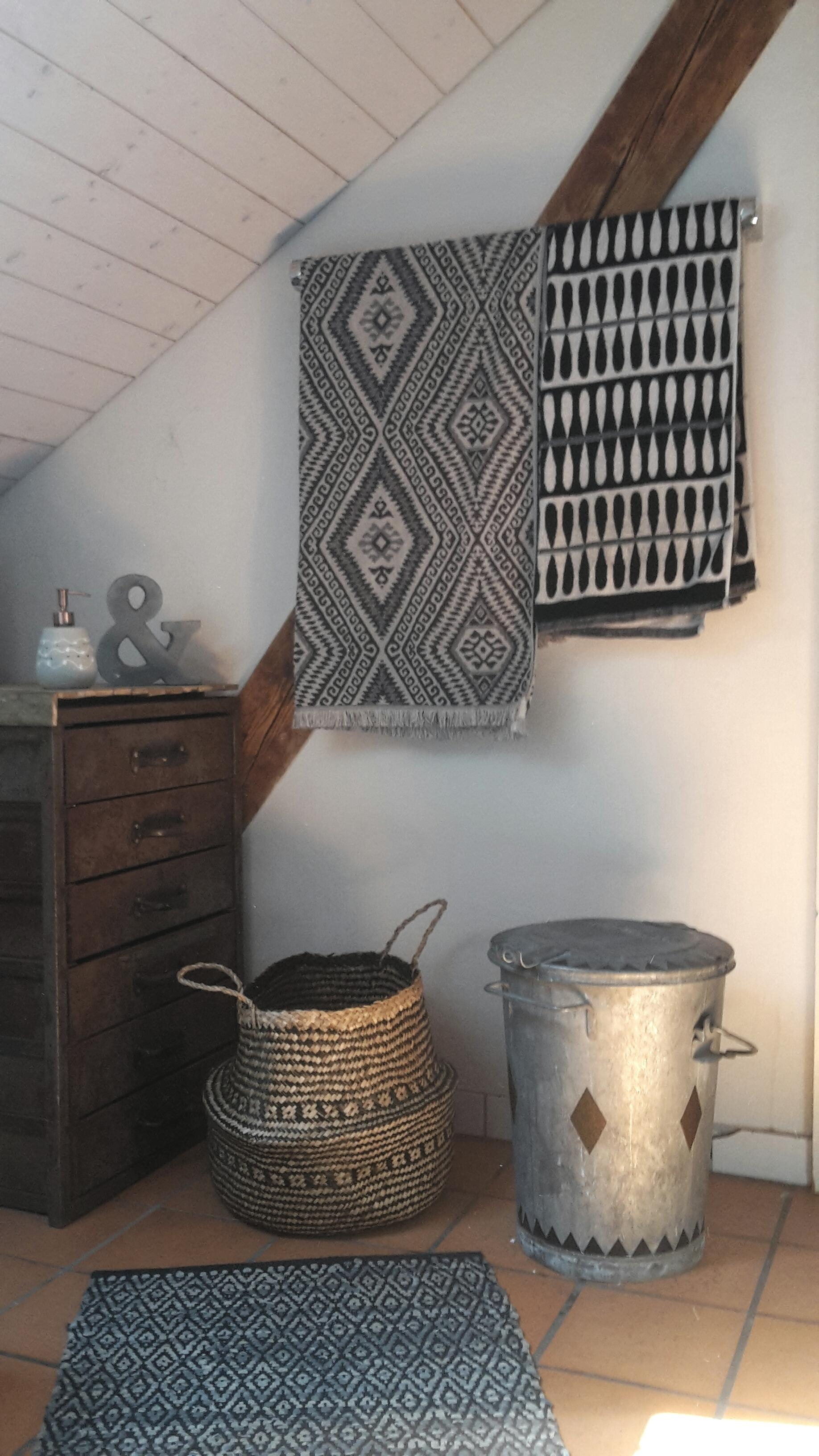 #altbau #badezimmer #dachschräge #blackandwhite #systemochsner  #schubladenstock #rost #sichtbalken