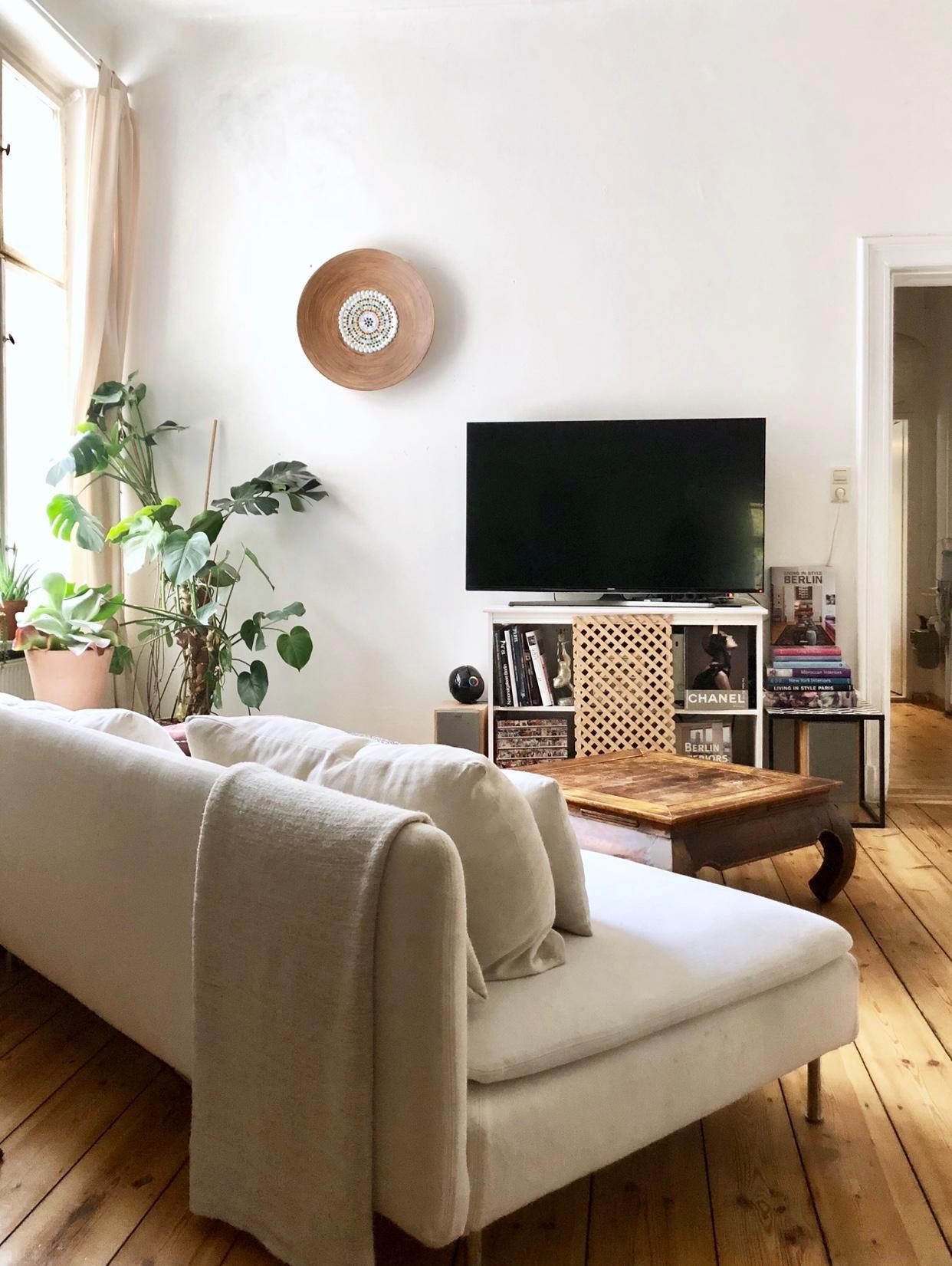 Altbau Boho Berlin Wohnzimmer Dielen Sofa Urb