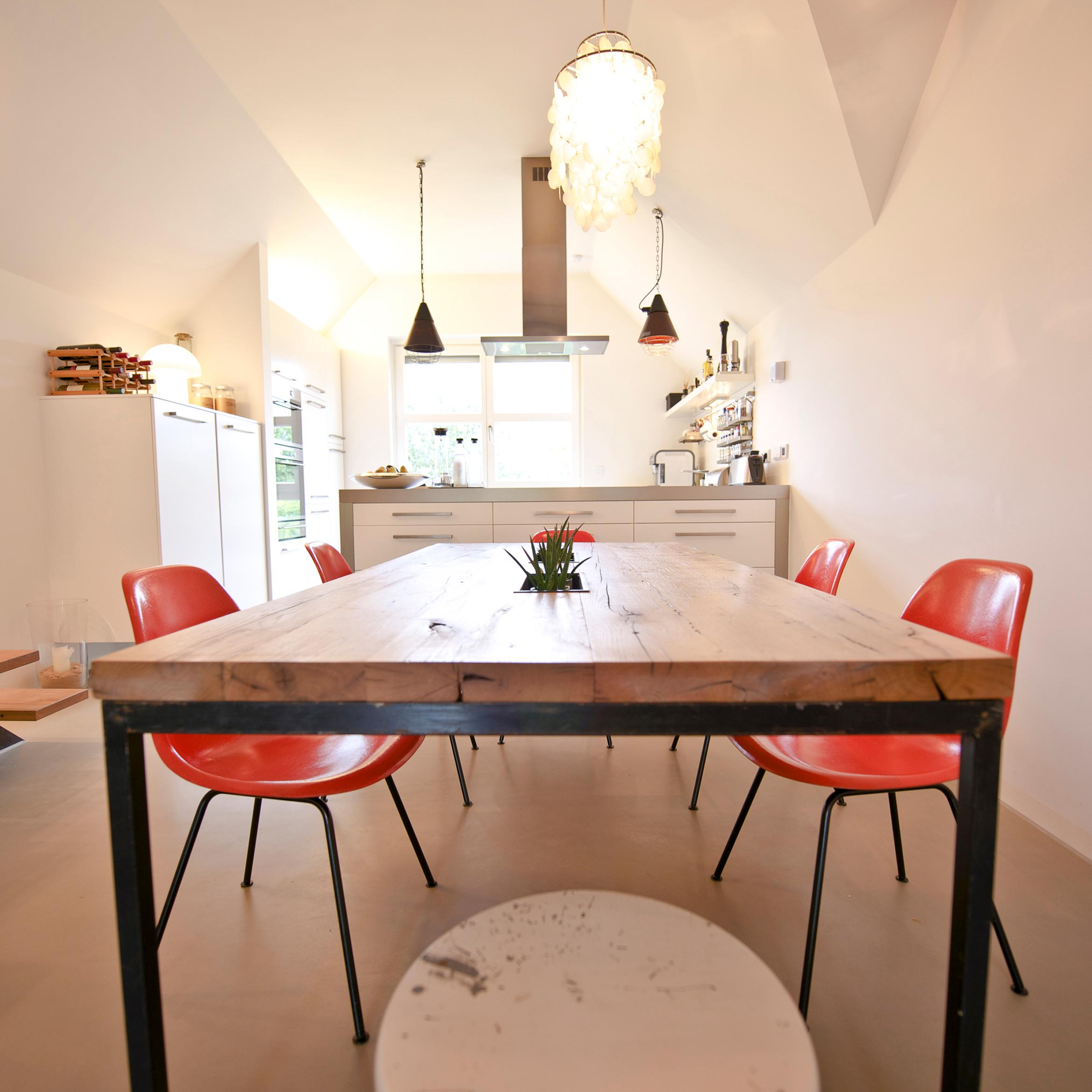 Alte orange Eames-Chairs #esstisch ©Zolaproduction