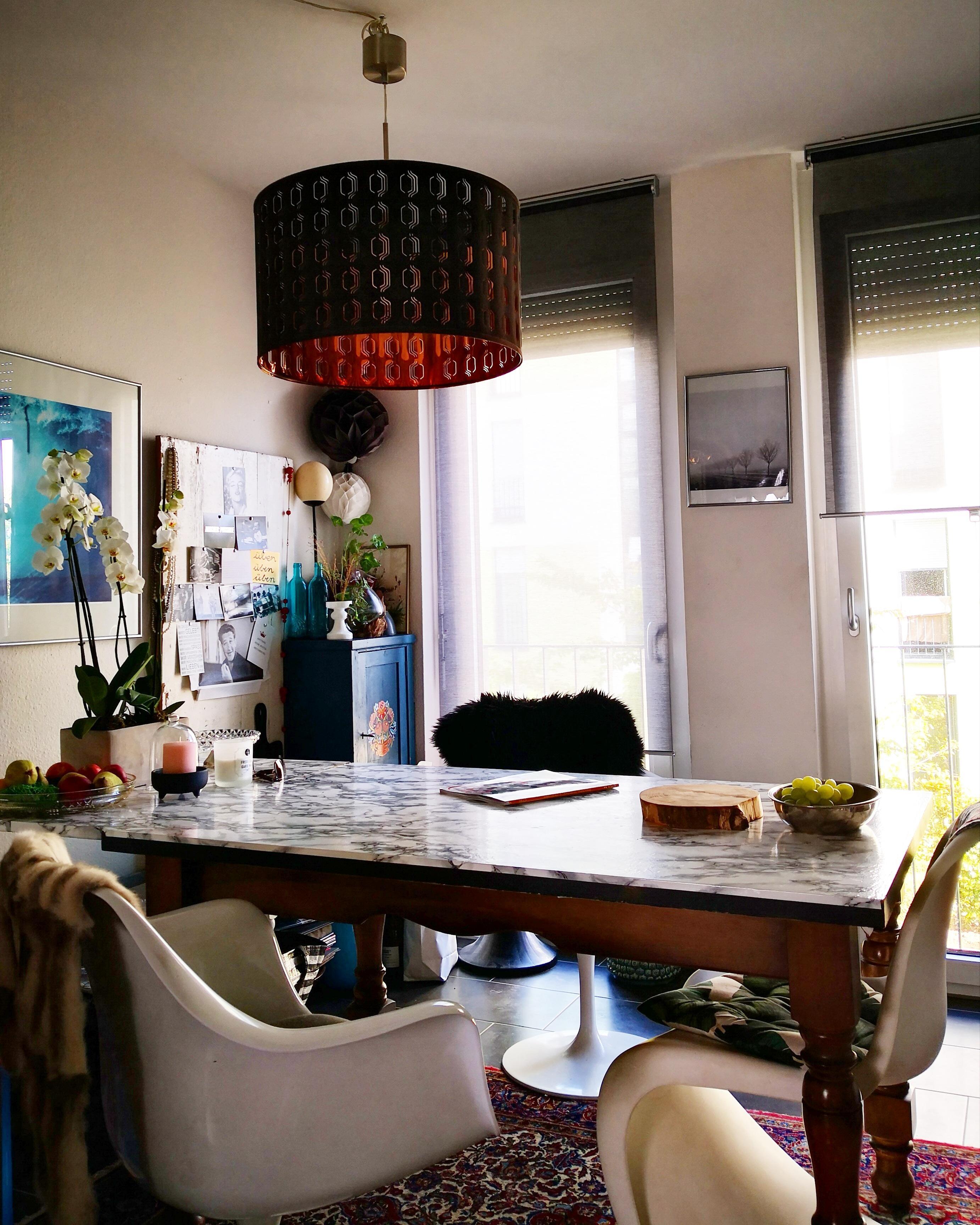 An Diesem Tisch Wird Gegessen, Gearbeitet, Diskutiert, Gelacht, Getrunken    Das Zentrum