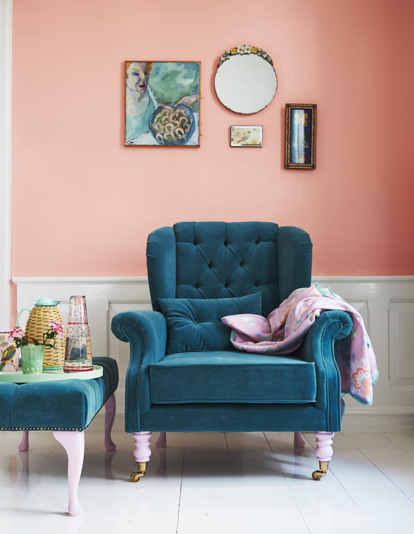 Apricot Wandfarbe Schmeichelt Petrolfarbenem Sessel #dielenboden #hocker # Wohnzimmer #sessel #bilder