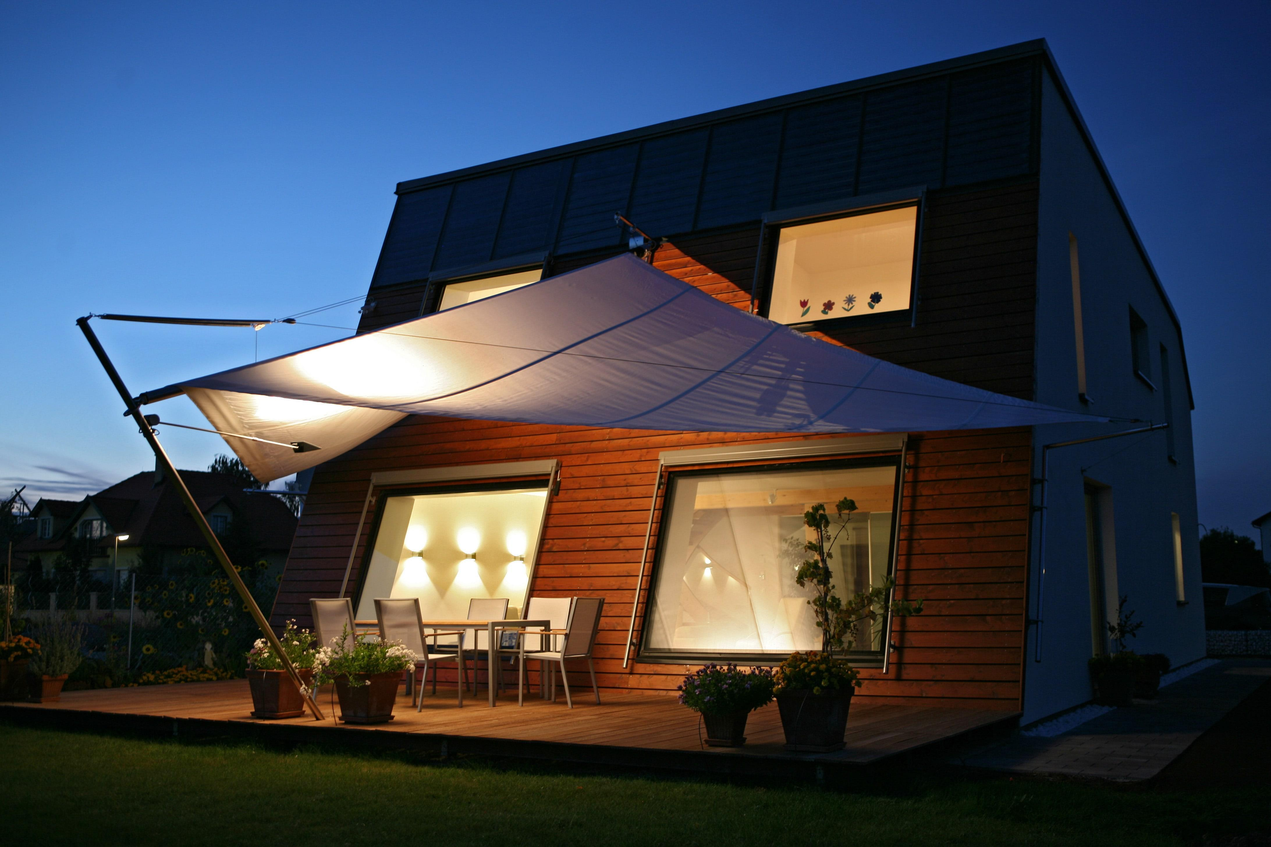 sonnensegel stilvoll vor sonnenstrahlen sch tzen. Black Bedroom Furniture Sets. Home Design Ideas