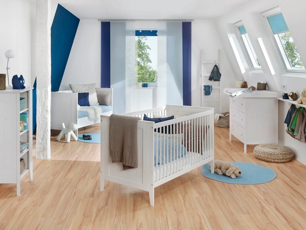 Babys Reich #dachschräge #babybett #wickelkommode #runderteppich #sofa  #babyzimmer #dachschrägenfenster