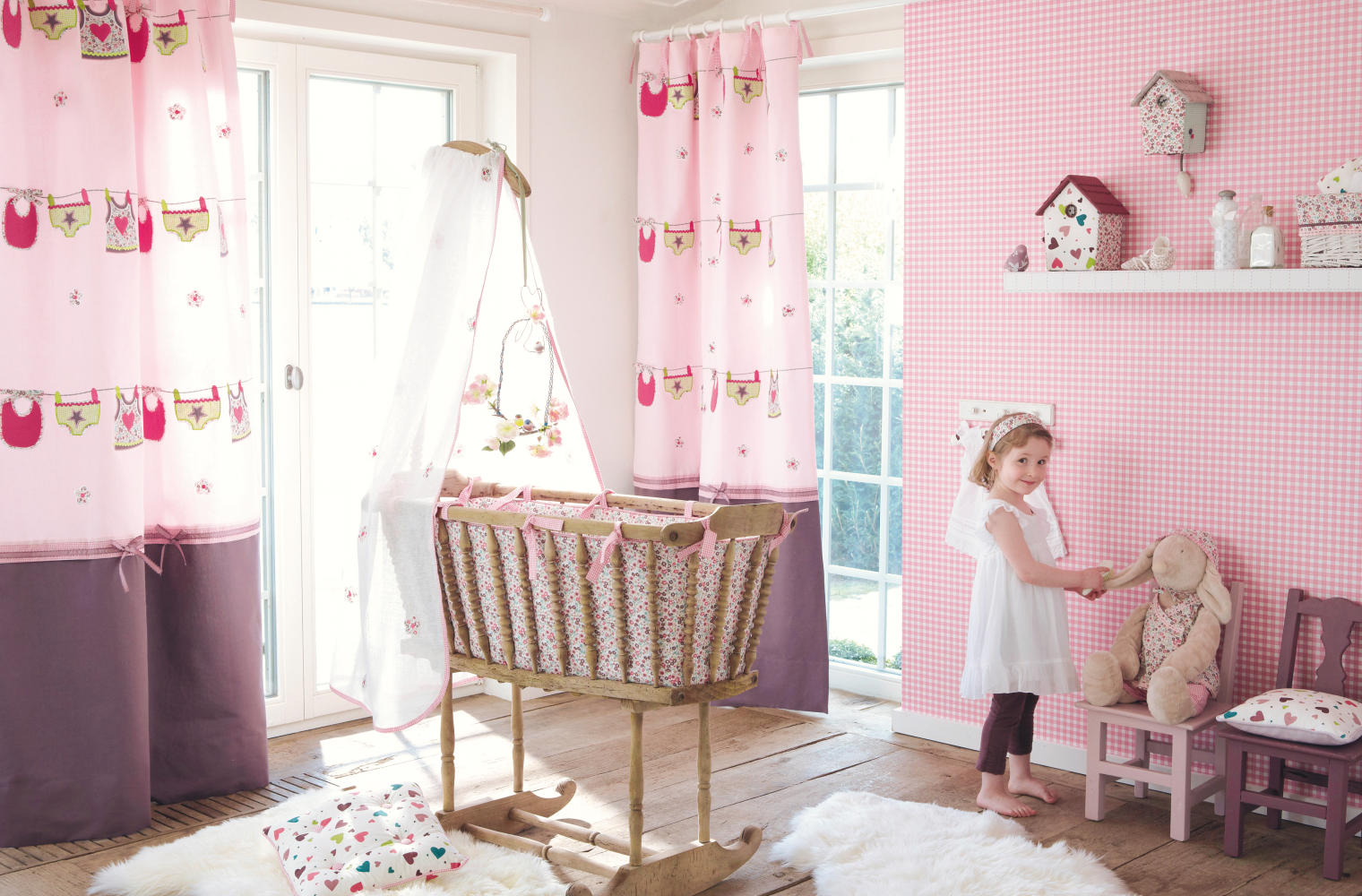 Babyzimmer In Rosa Mit U0027Lillipopsu0027 Tapeten Und Stoffen Von Camengo #vorhang  #kinderbett