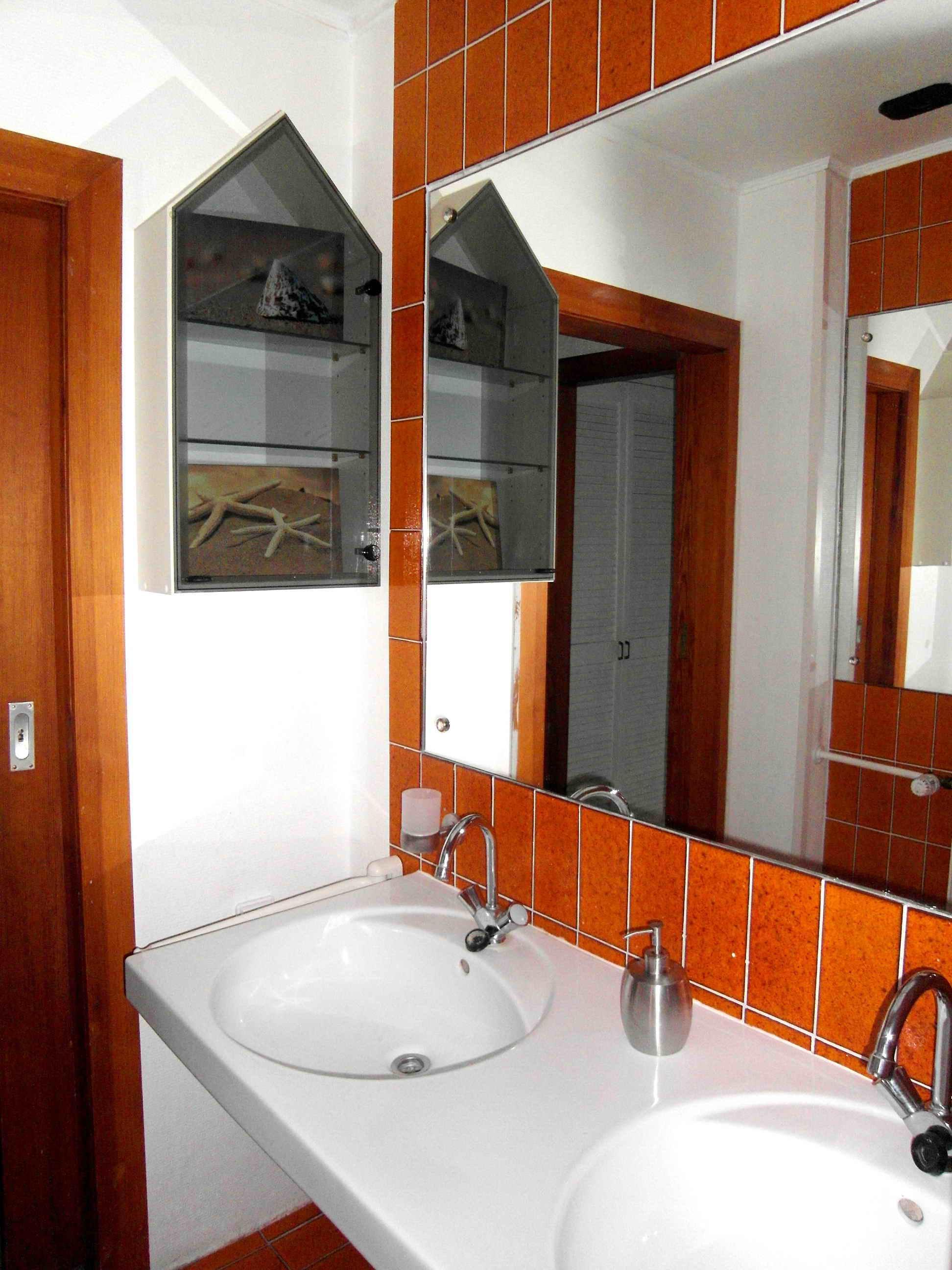 Bad Orange Vorher #spiegel #waschbecken #badfliesen #doppelwaschbecken  #seifenspender ©artenstein