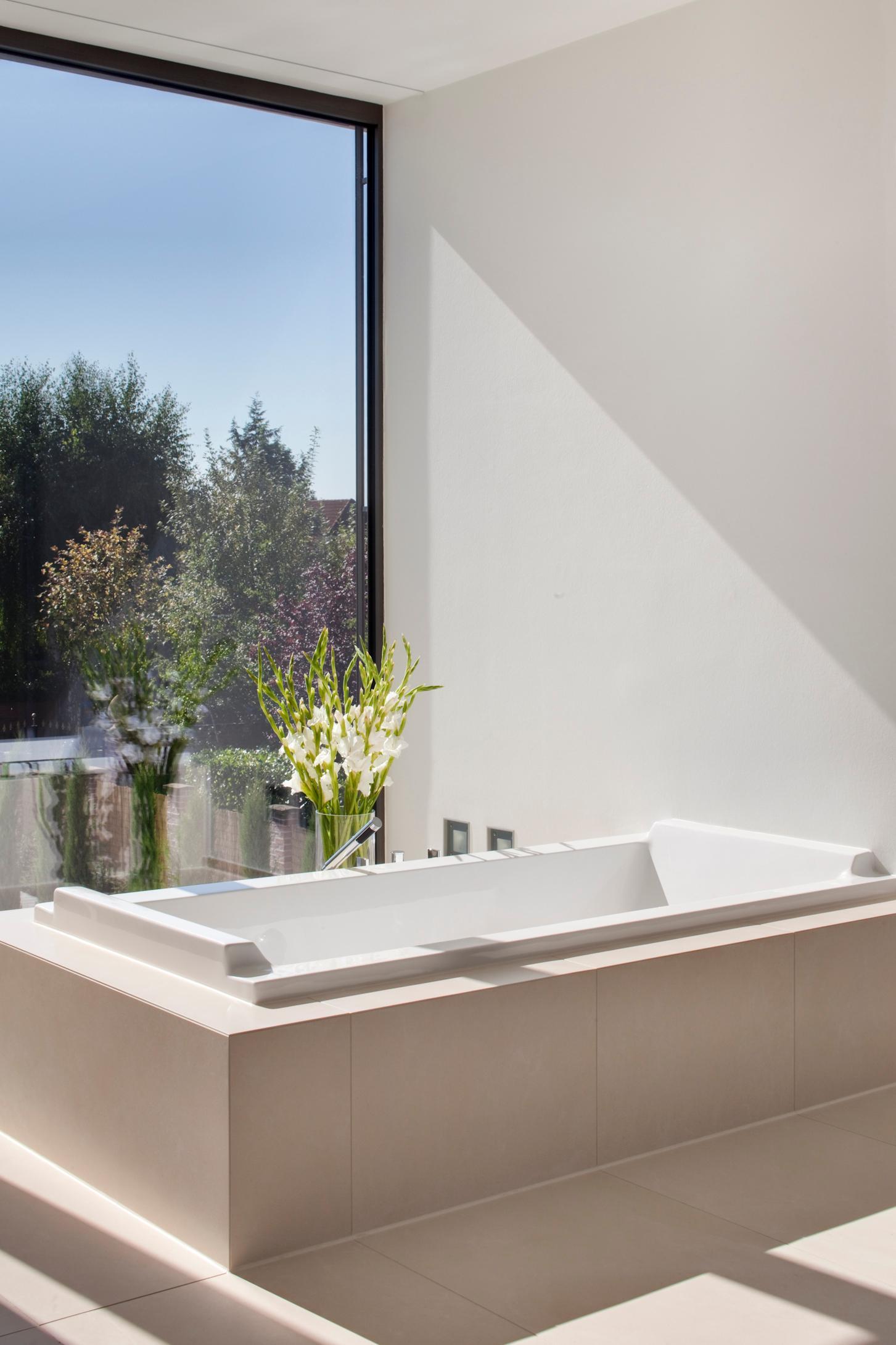 Badezimmer Badewanne Mit Blick Bodenvase Skandella Architektur Innenarchitektur