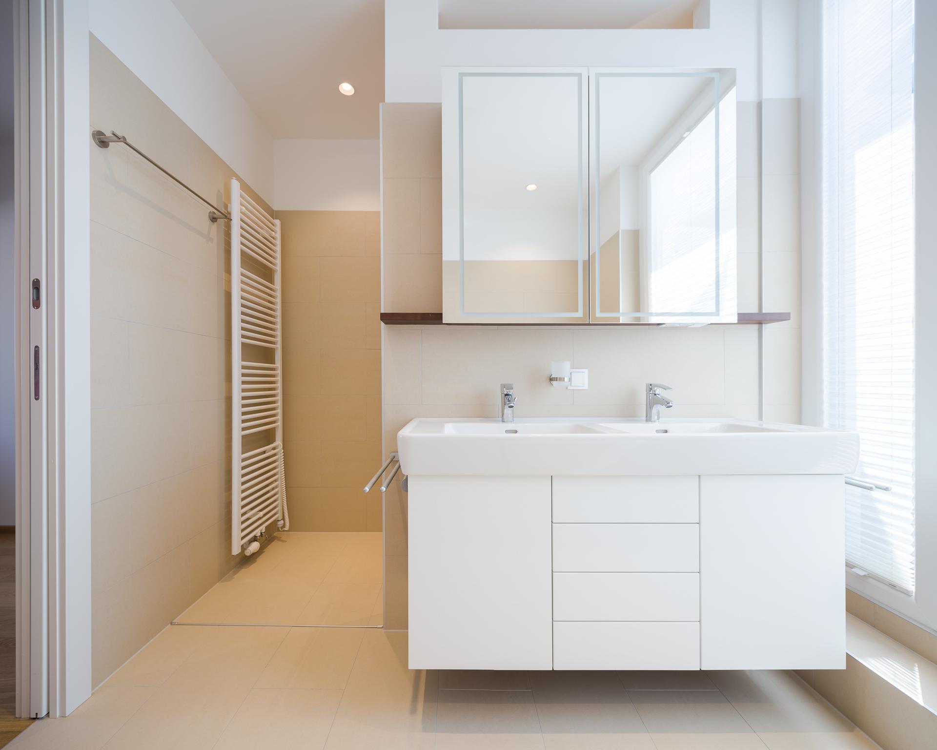 Badezimmer #bad #badezimmer #stauraum #spiegelschrank ©Peter Rauchecker Für  Kathameno Interior Design