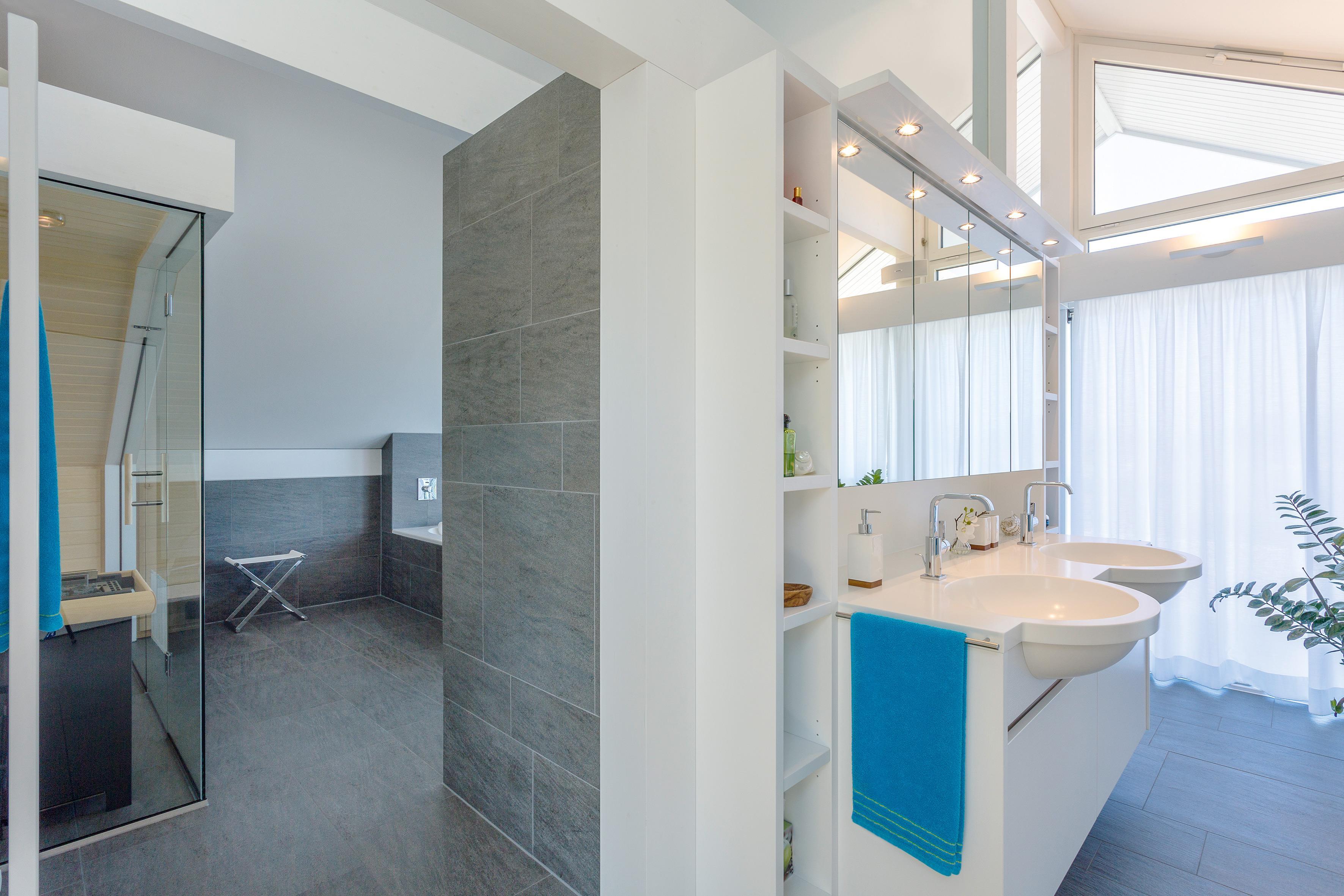 Badezimmer #fliesen #regal #spiegel #grauefliesen #sauna ©HUF Haus