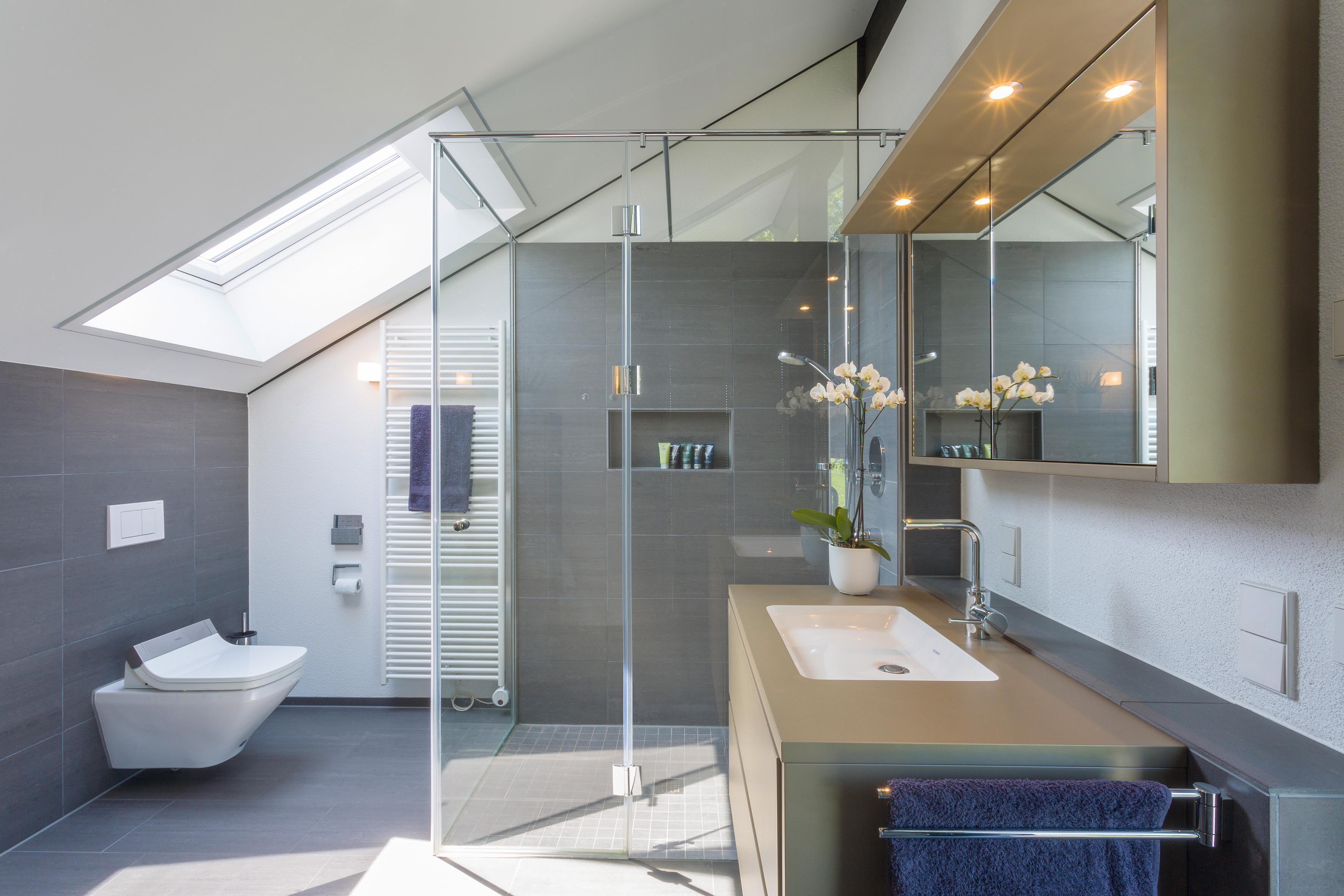 Badezimmer #fliesen #spiegel #hängeschrank ©HUF HAUS...