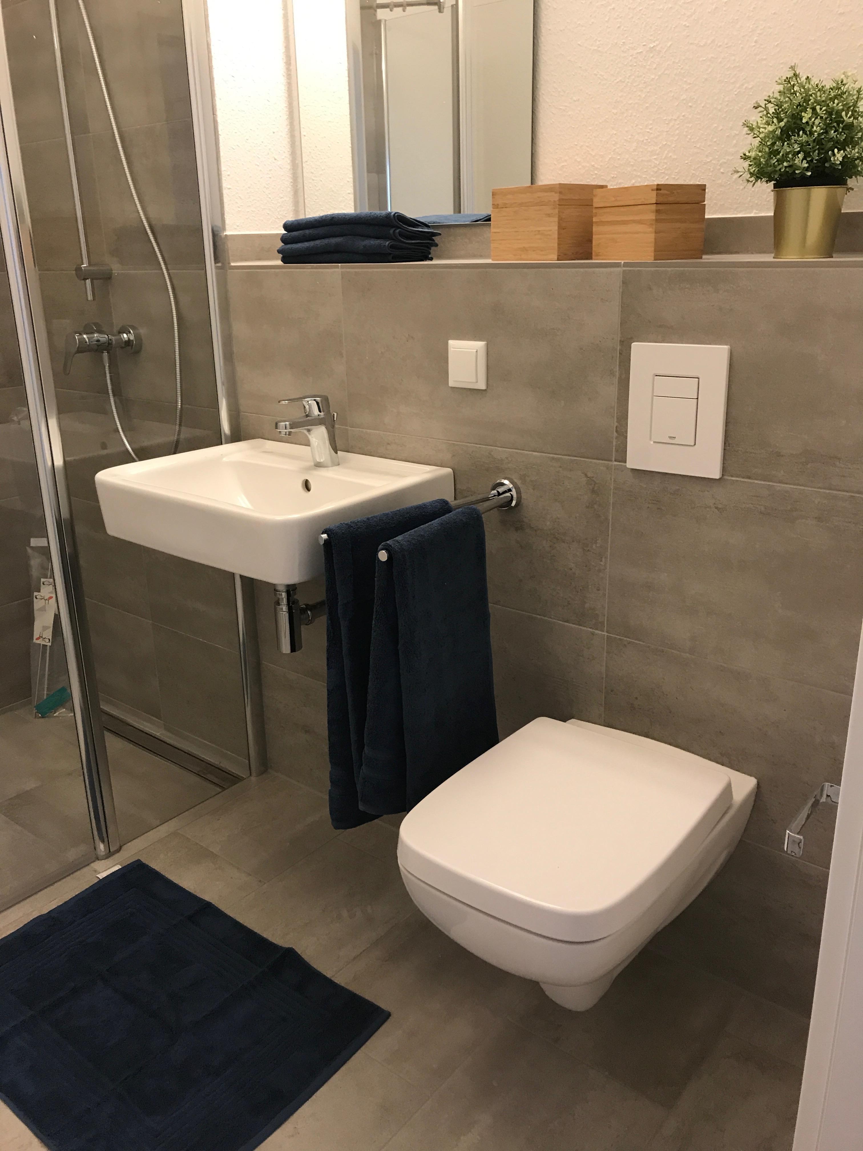 Badezimmer grau,brau und weiß #badezimmer #dusche ©M...