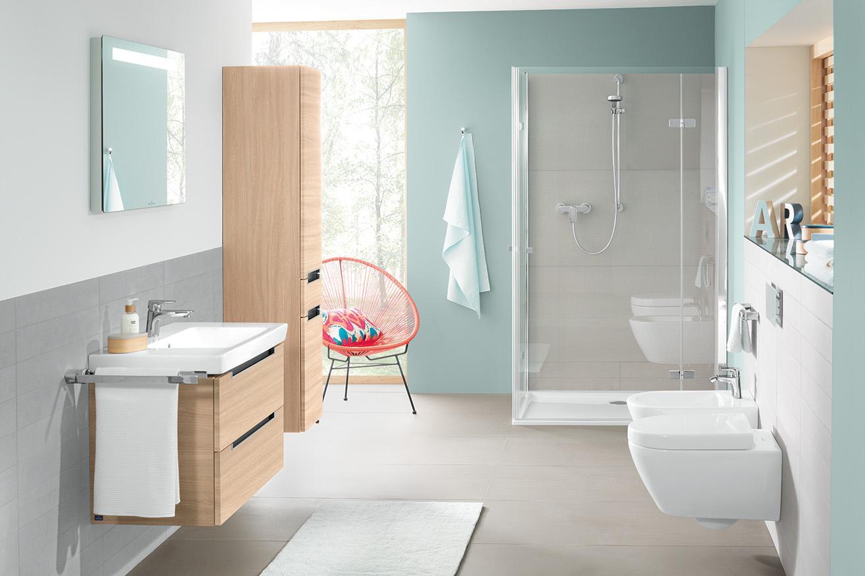 Badezimmer In Hellblau Mit Grauen Fliesen Holzmobel
