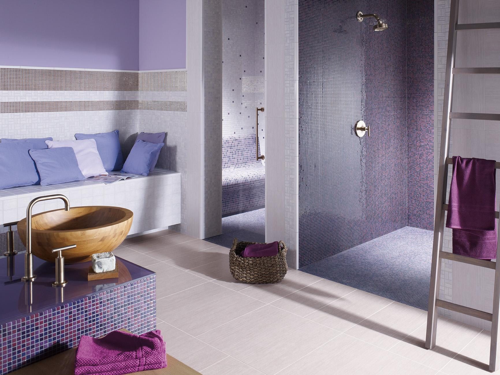 Badezimmer In Lavendel Und Lila #fliesen #mosaikfliesen #dusche  #waschbecken #holzwaschbecken ©