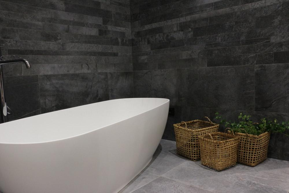 Badezimmer in Steinoptik #bad #fliesen #badewanne #b...