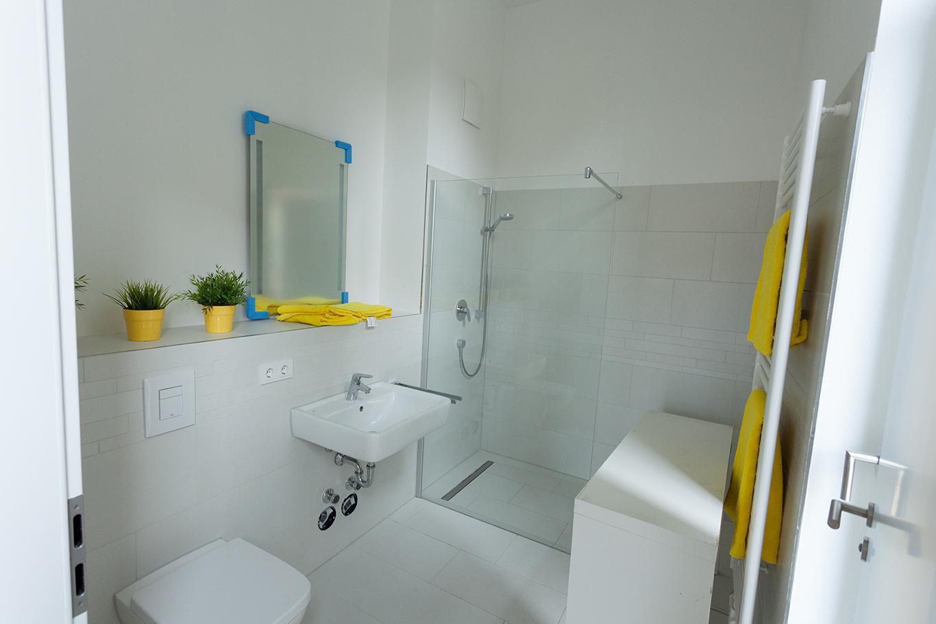 Badezimmer Mit Dusche Gelb Und Weiß #badezimmer #dusche ©Miracle Room