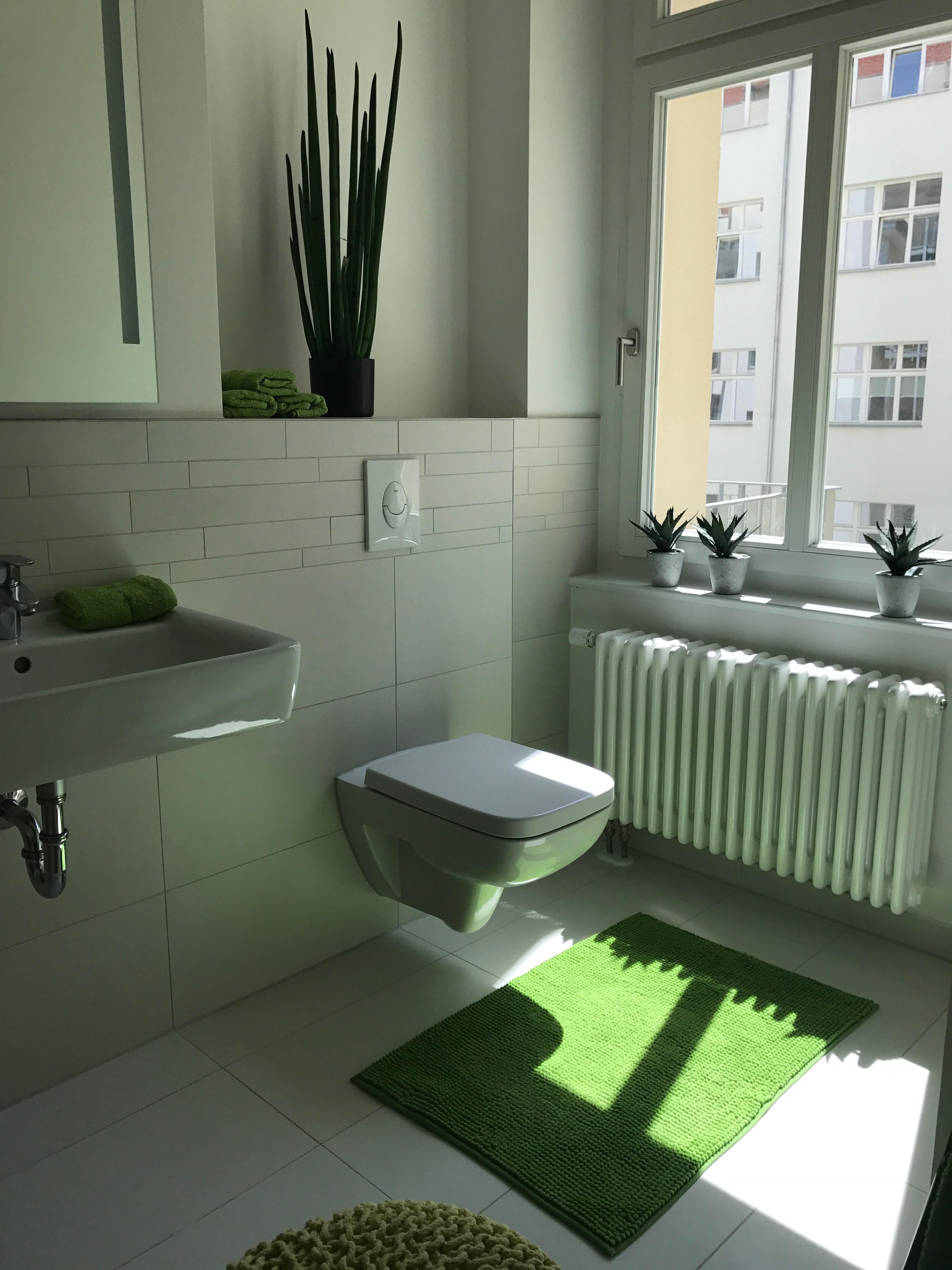 Badezimmer mit Dusche und Wanne #dusche ©Miracle Roo...