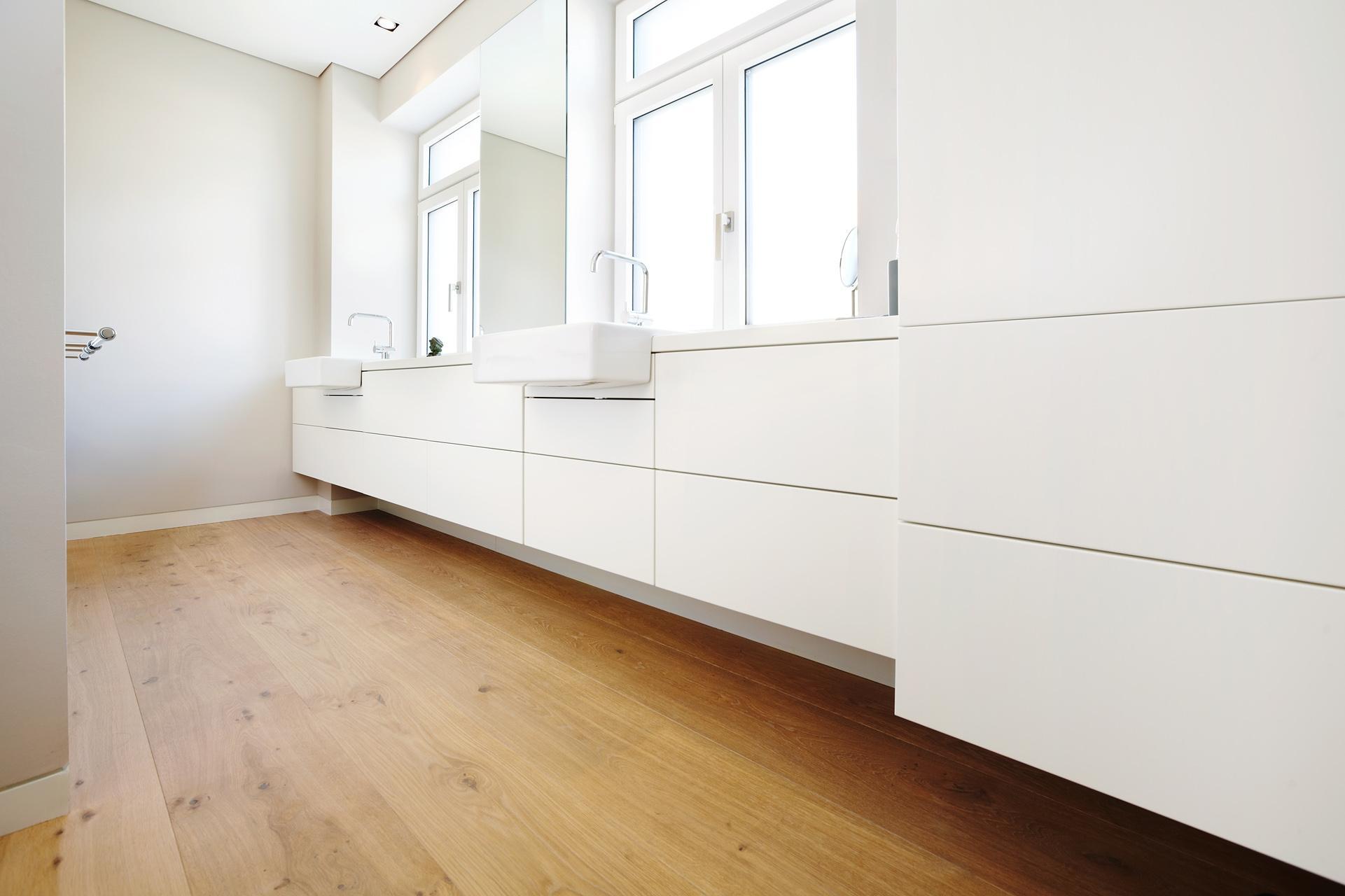 Badezimmer mit Eicheboden #dielenboden #bad #badezim...