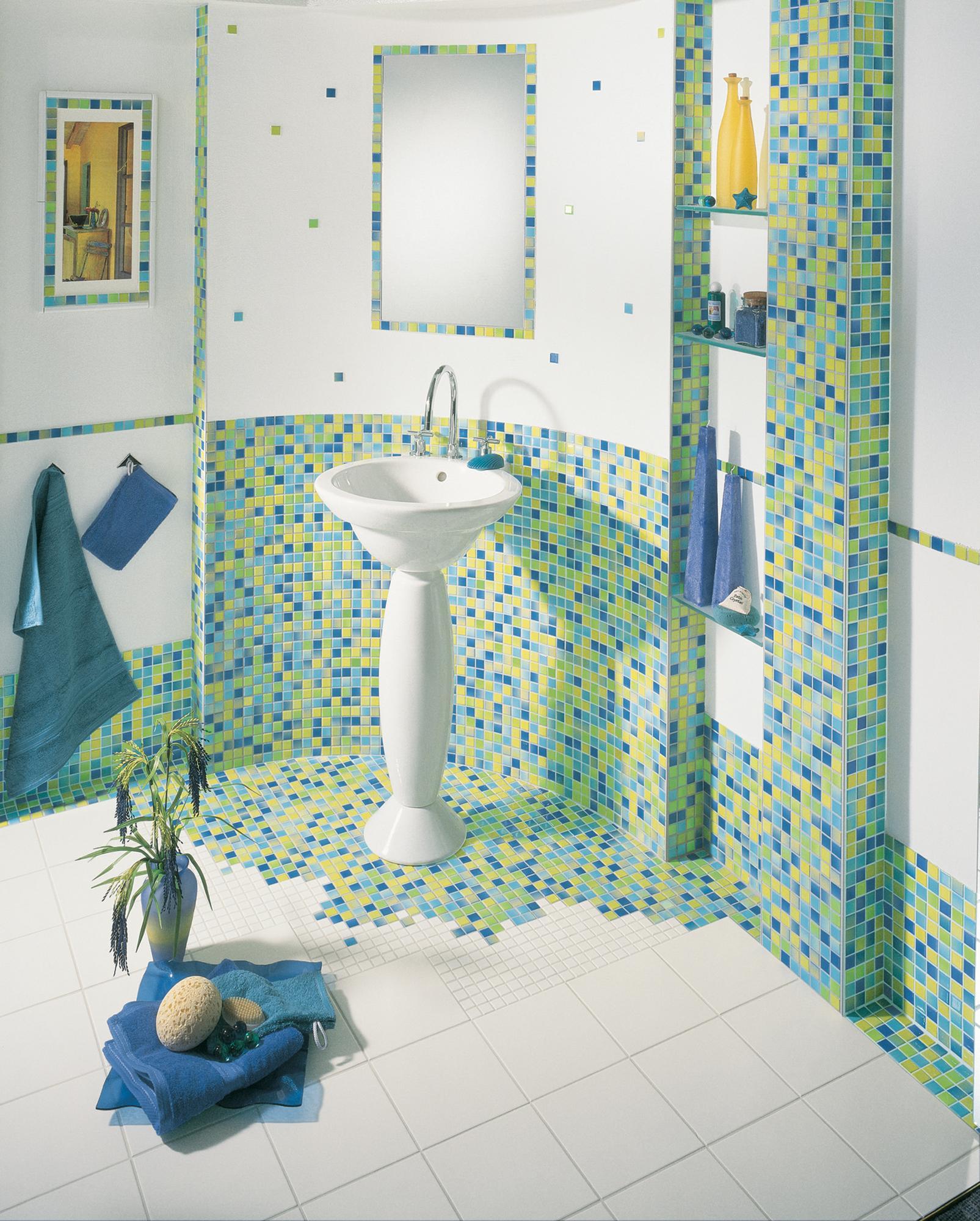 Badezimmer Mit Mosaikfliesen Kreativ Gestalten #fliesen #mosaikfliesen  #wandregal #wandspiegel ©Jasba Mosaik
