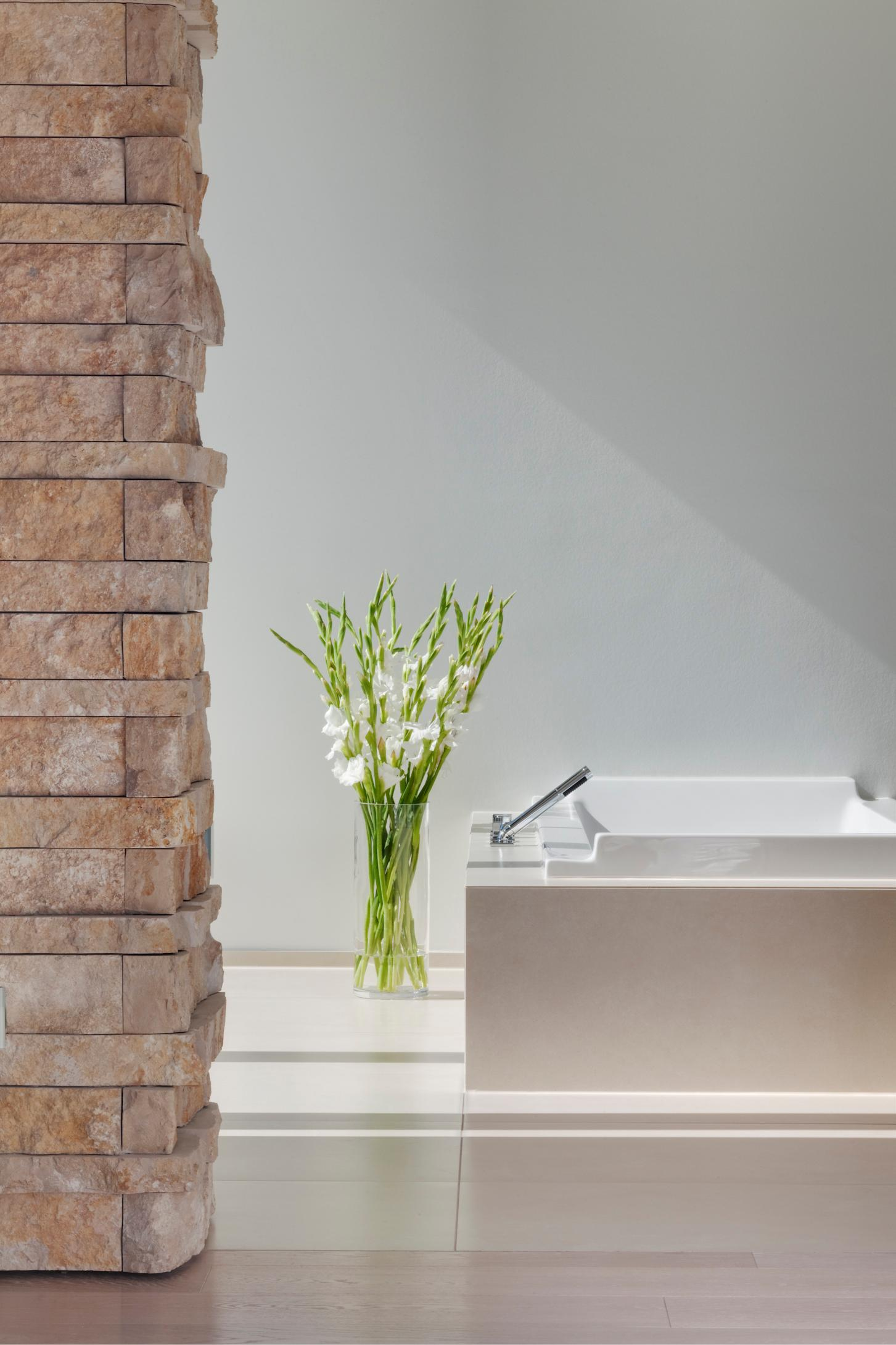 Badezimmer mit Natursteinmauerwerk badewanne badez...