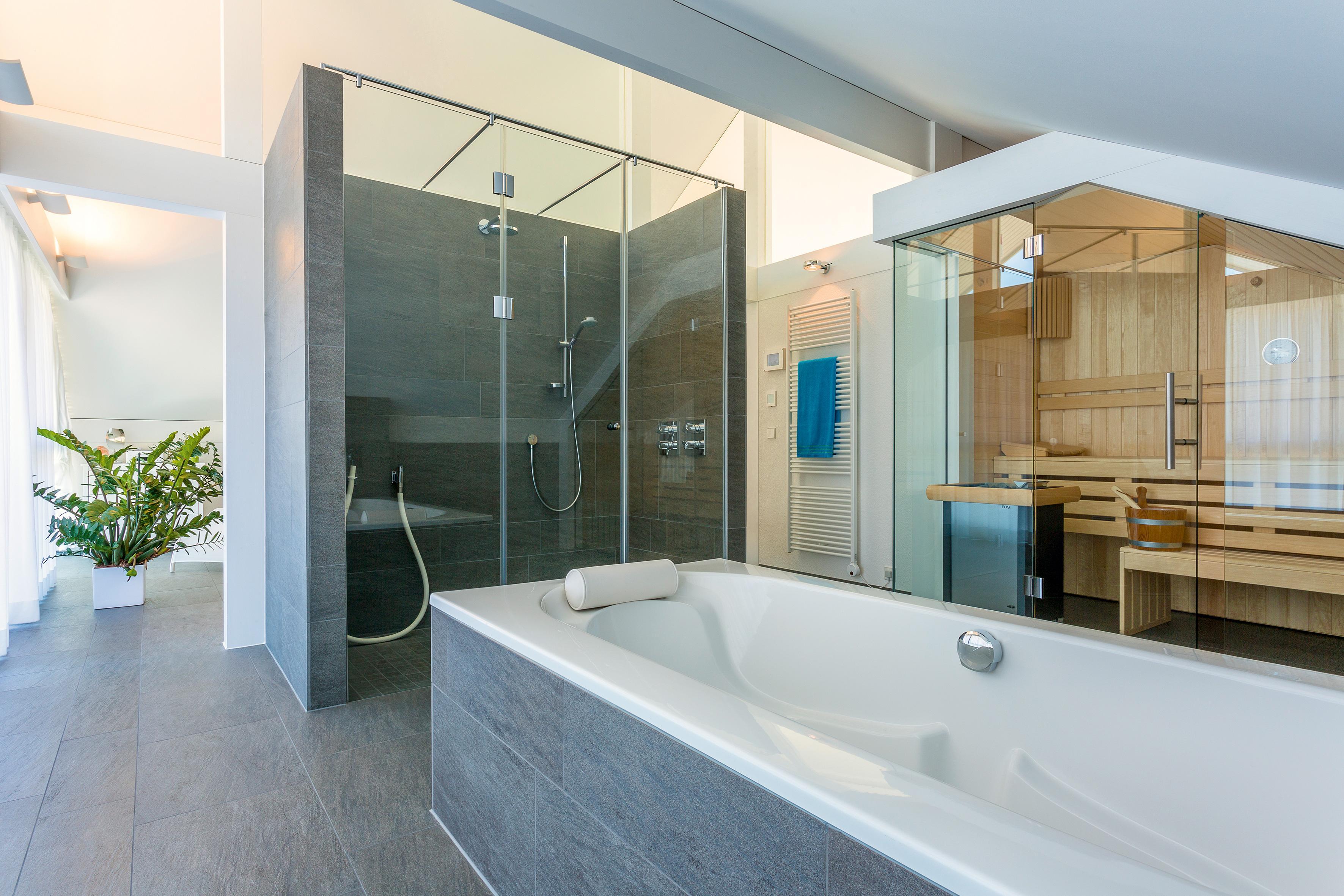 badezimmer mit sauna und freistehender badewanne ba. Black Bedroom Furniture Sets. Home Design Ideas
