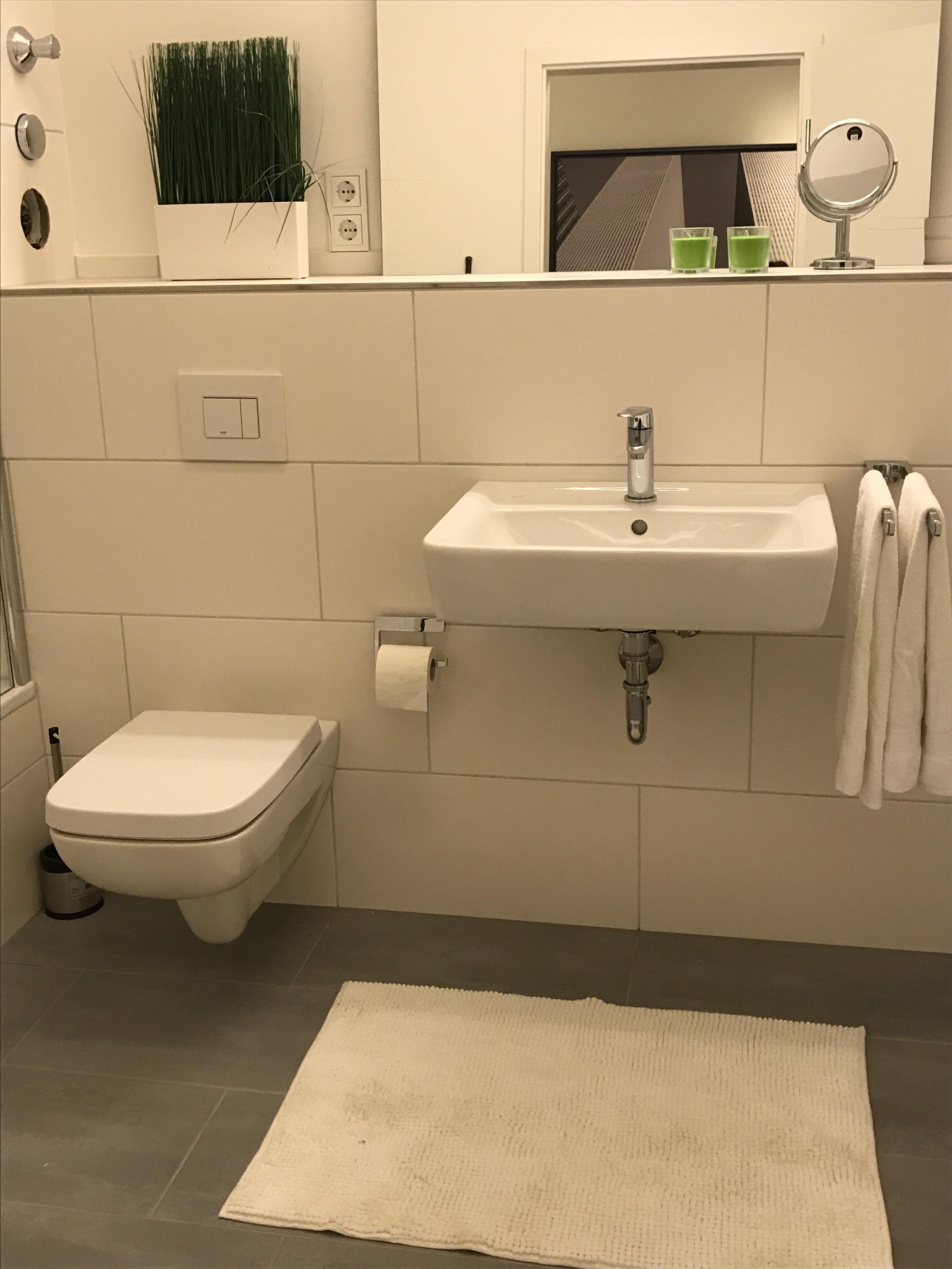 Badezimmer mit Wanne alles Weiß #badewanne #badezimm...