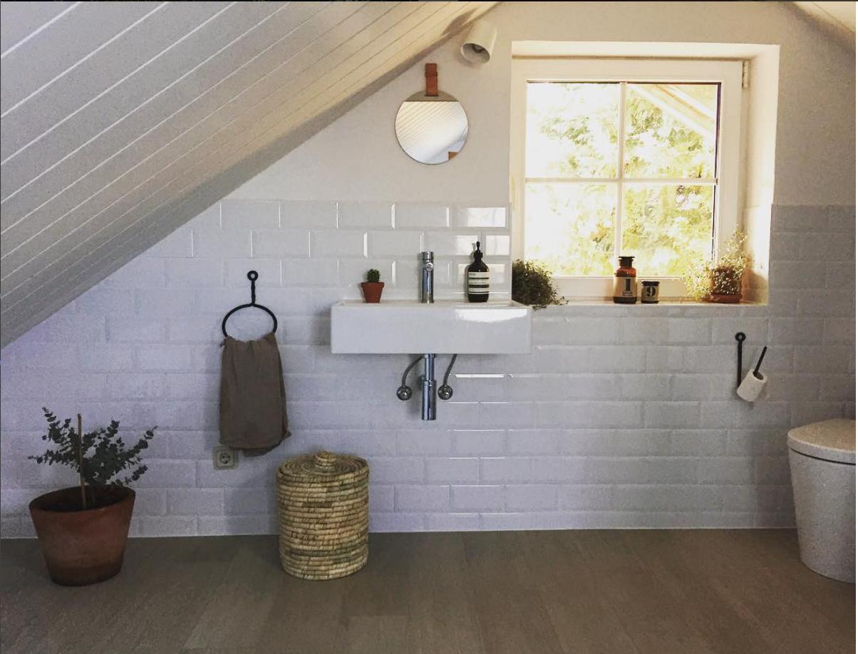 Badezimmer unterm Dach. #badezimmer #livingabc • COUCH