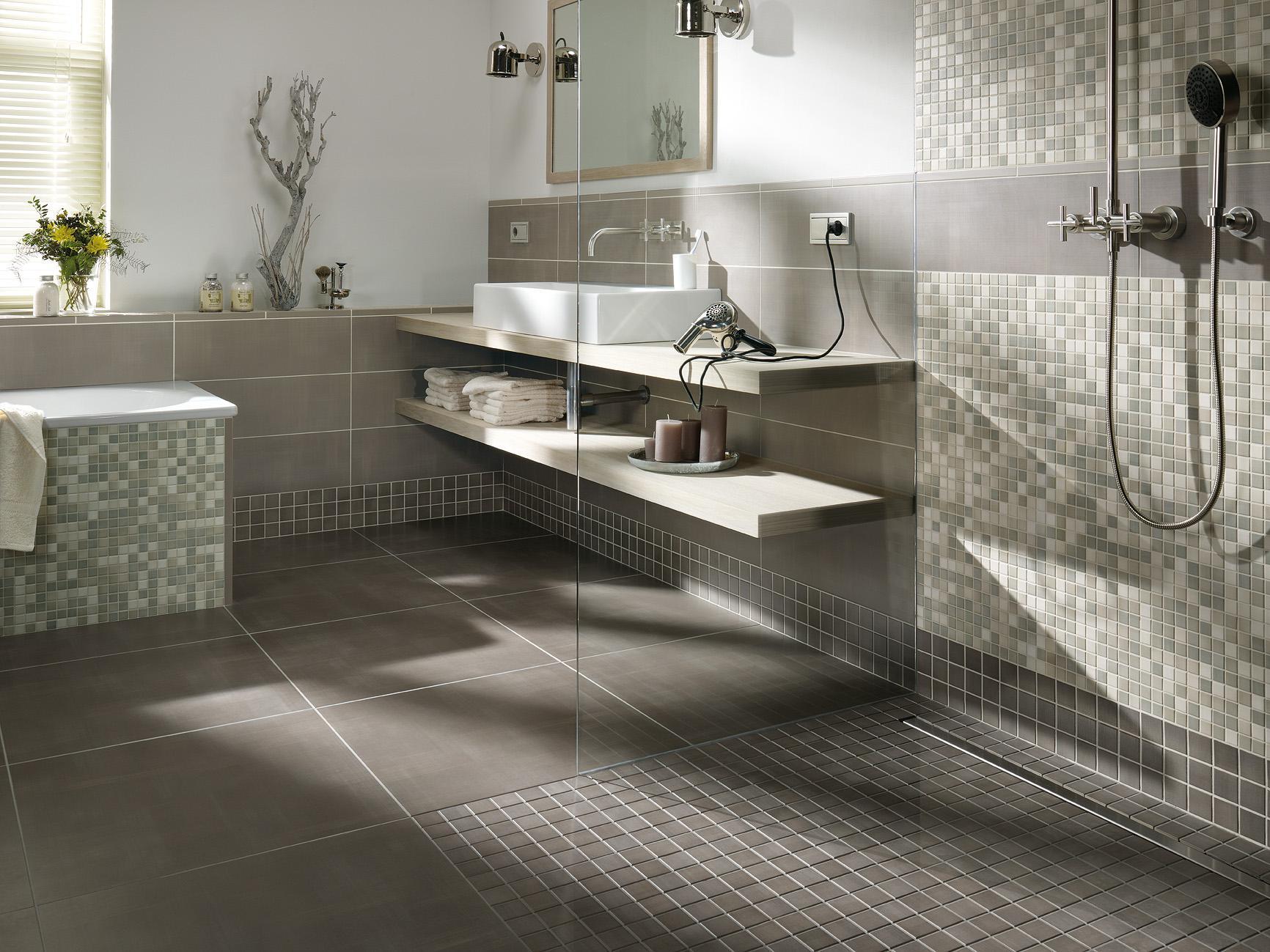 Badezimmergestaltung in Grau #fliesen #mosaikfliesen...