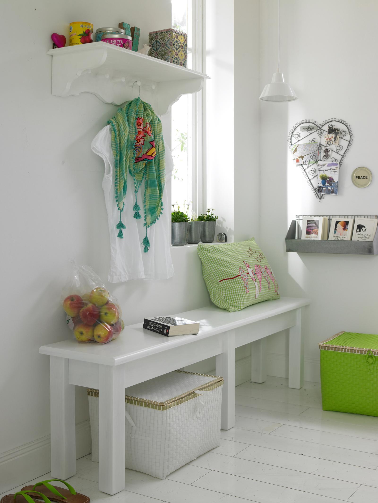 Bank und Garderobe mit grünen Accessoires #holzbank ...