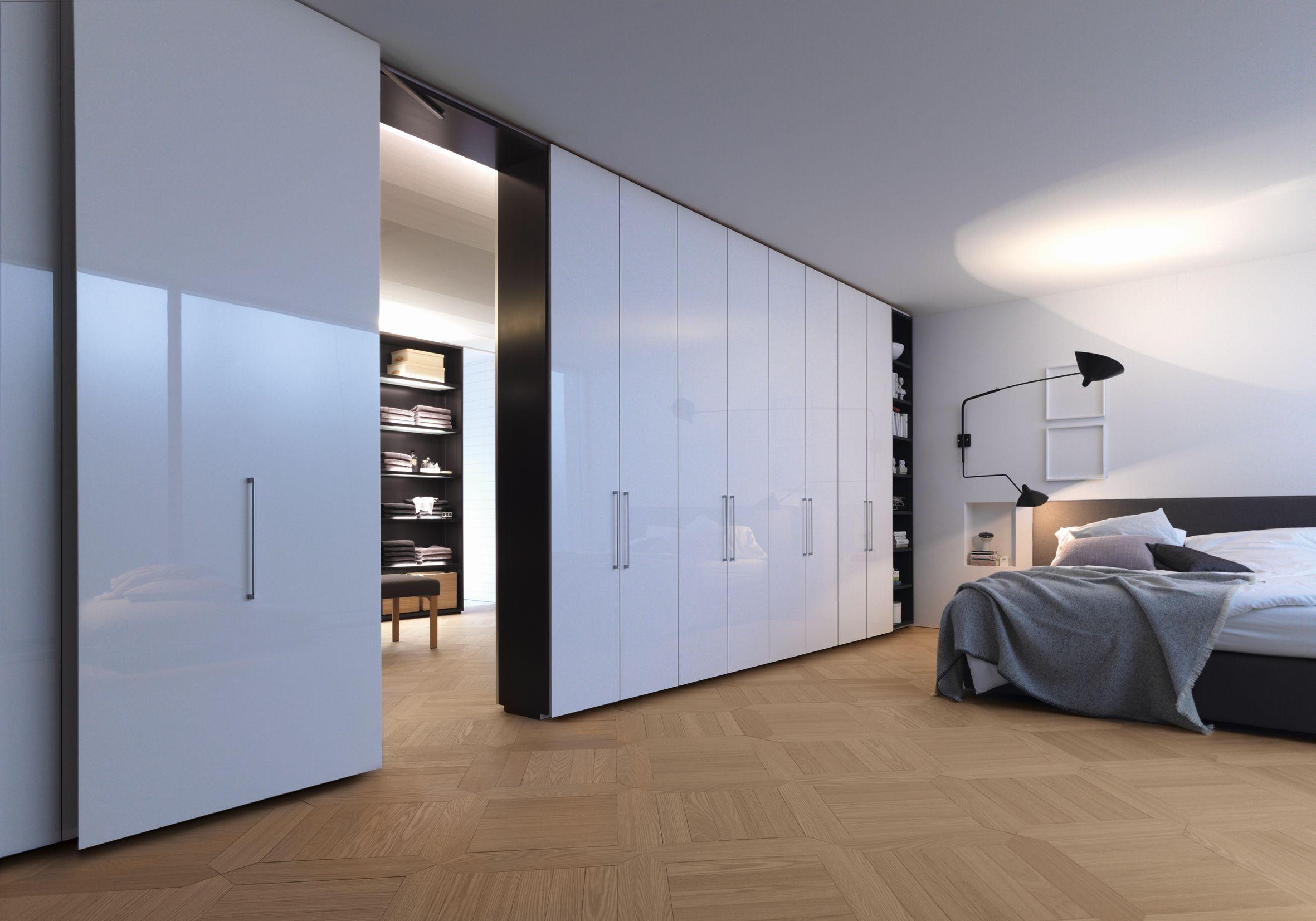 Begehbarer Kleiderschrank mit weiß lackierten Türen ...