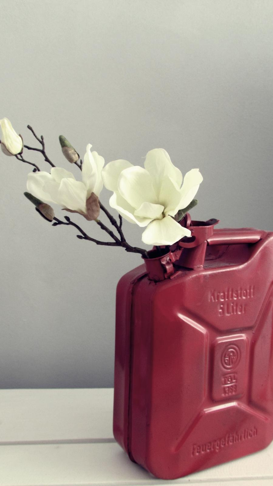 Benzinkanister als Vase #diy #upcycling ©roomrevolution
