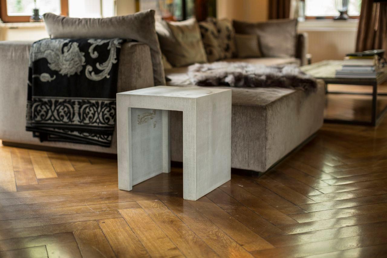 Betonhocker/Beistelltisch Am Loungesofa #beistelltisch #hocker #tagesdecke  #sitzgelegenheit #betonmöbel #