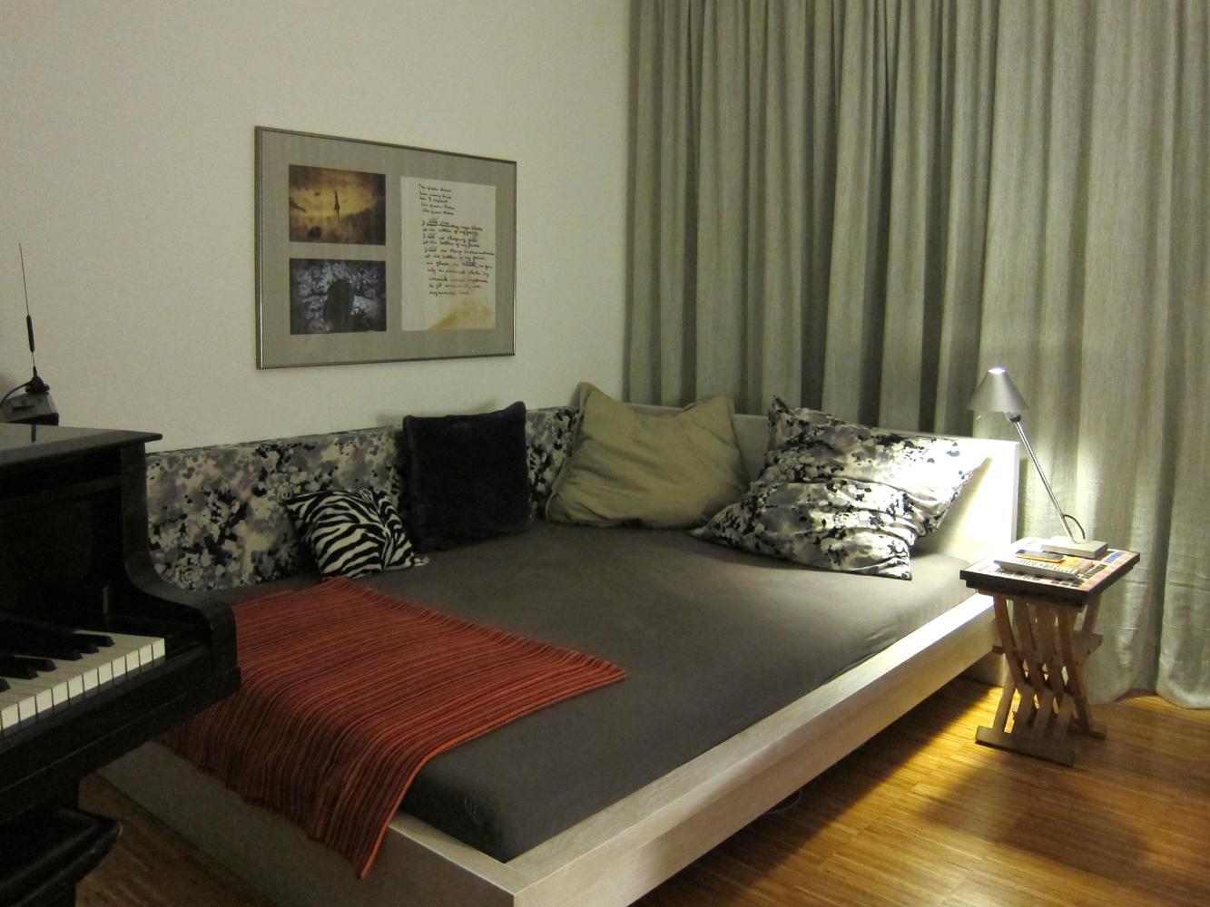 bett mit nachttisch perfect klappbares bett nachttisch cooles design echtholz mbel with bett. Black Bedroom Furniture Sets. Home Design Ideas