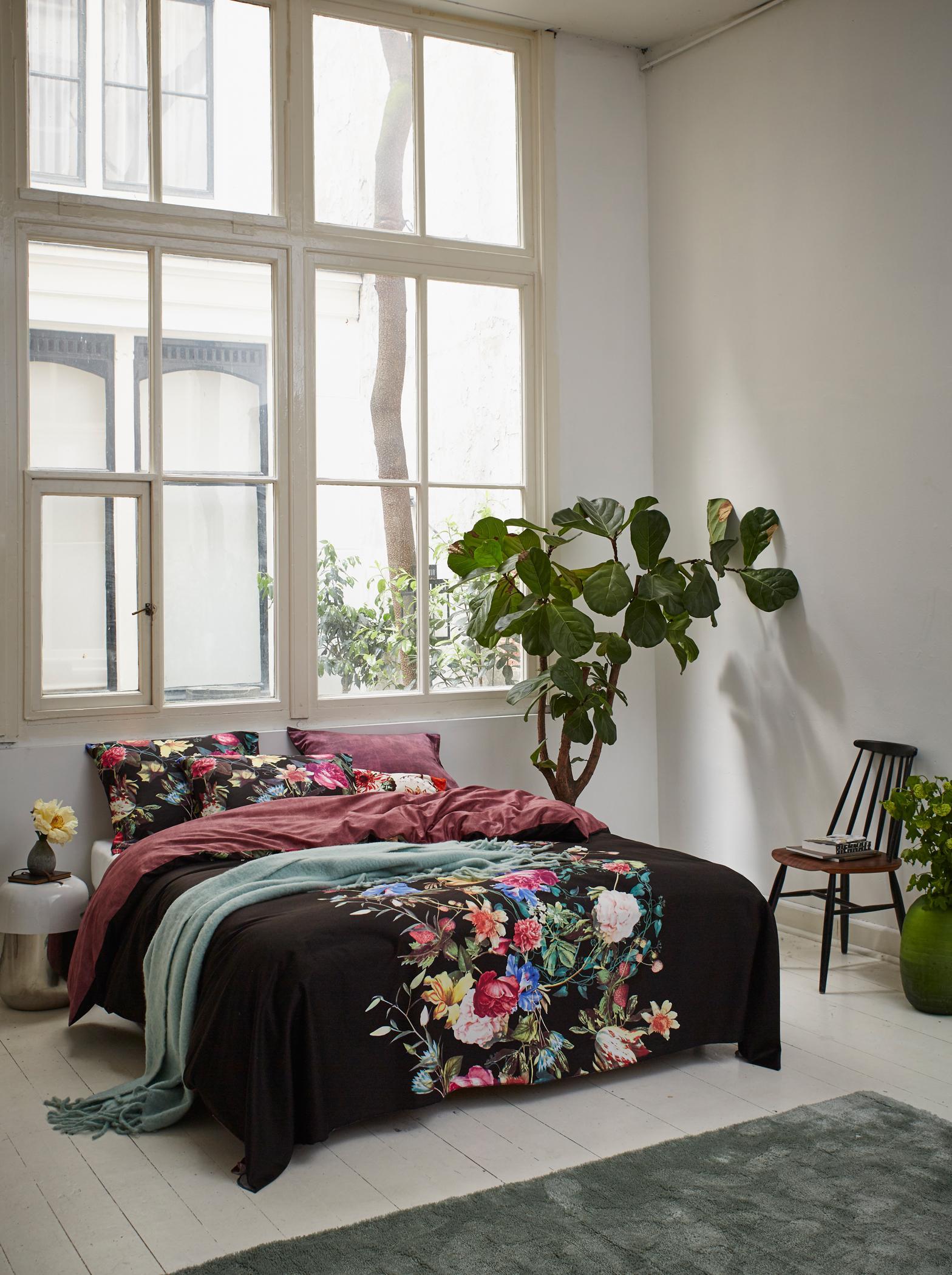 bettw sche mit blumenmuster bett dielenboden bett. Black Bedroom Furniture Sets. Home Design Ideas