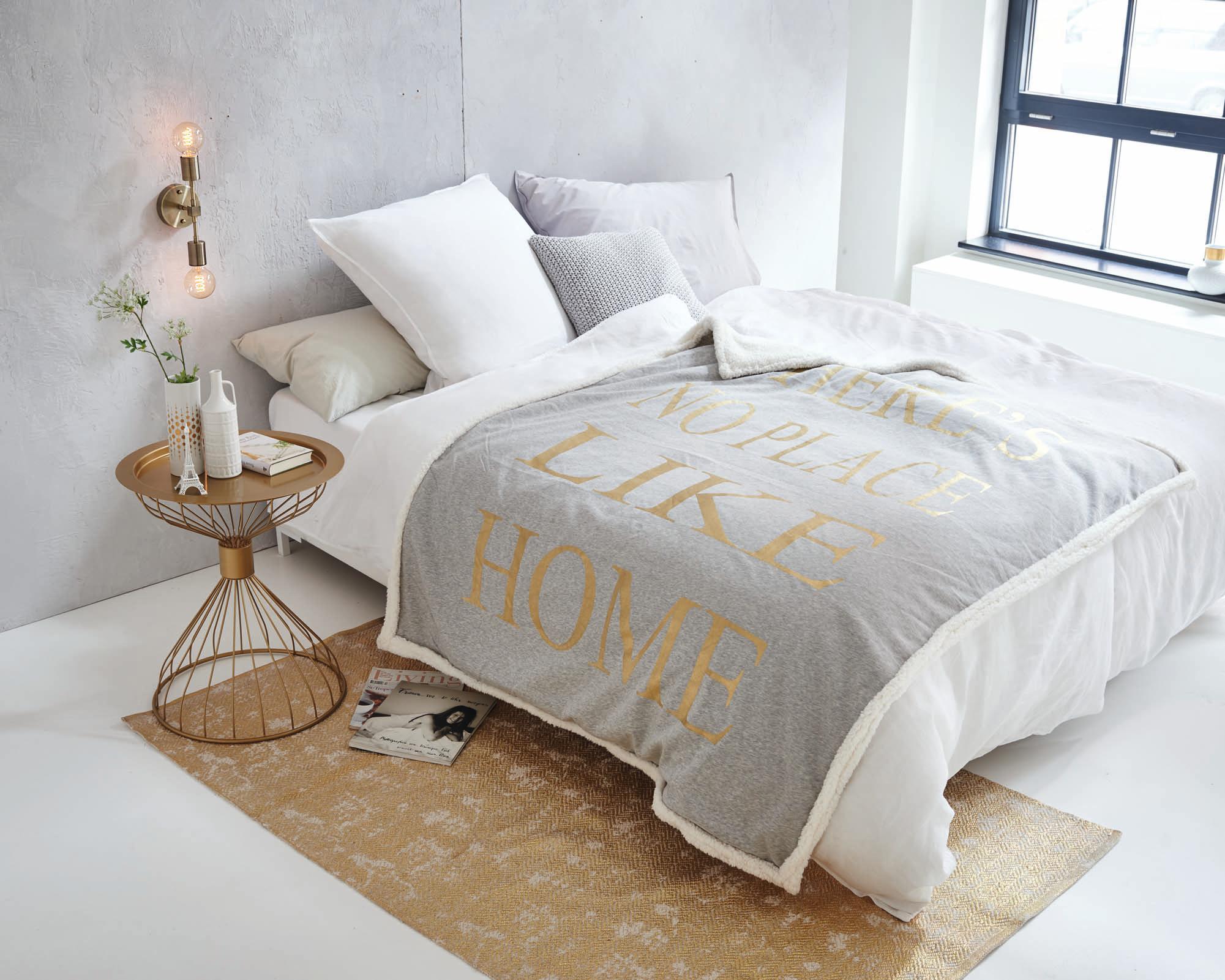 bettw sche mit statement bett teppich bettw sche. Black Bedroom Furniture Sets. Home Design Ideas