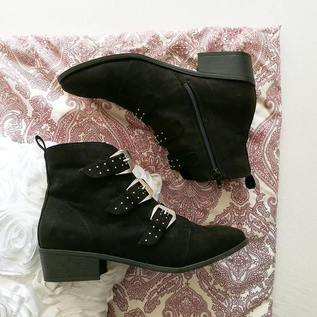 Big black boots, long brown hair 🎶