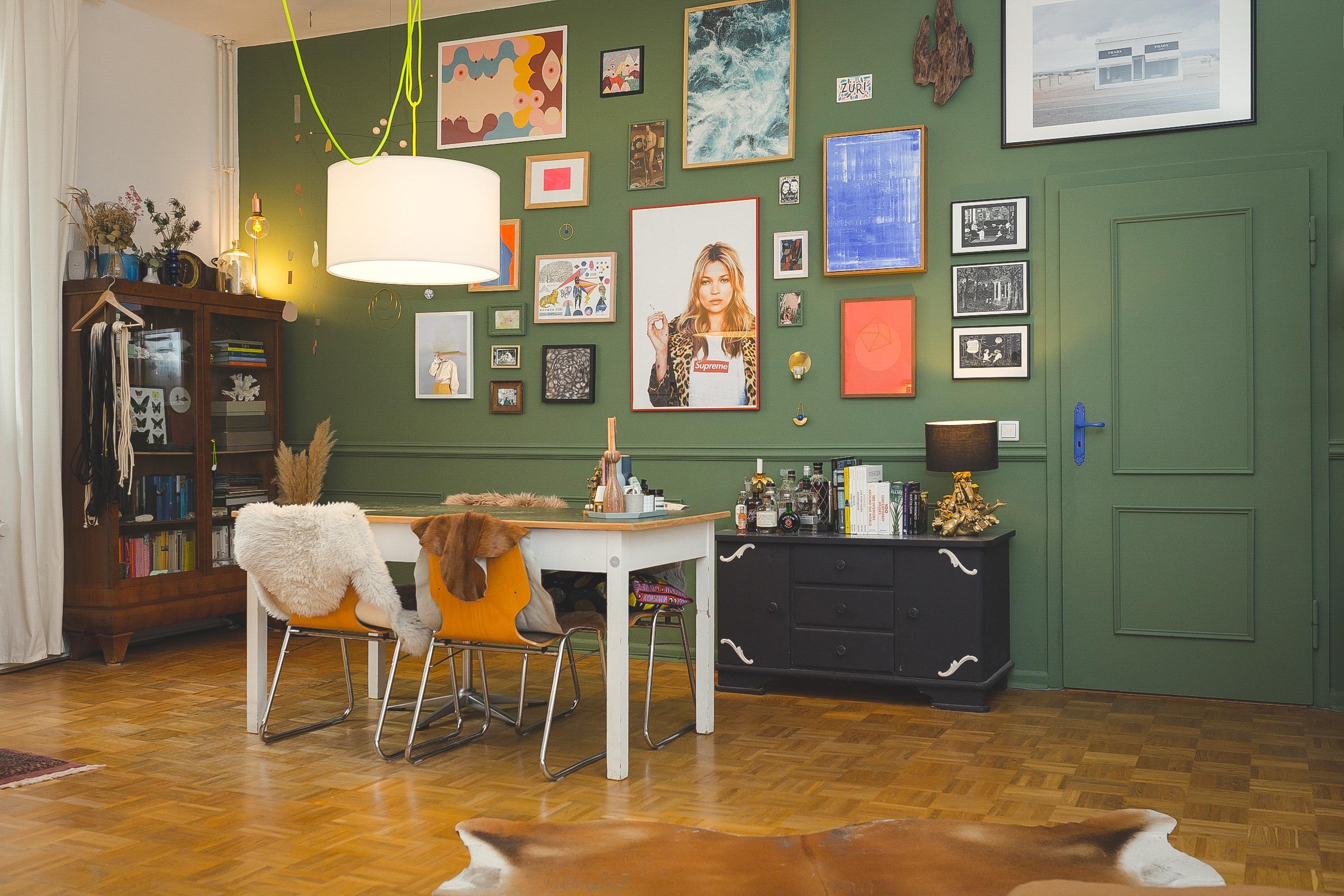 Bilderwand Bildergalerie Wohnzimmer Esszimmer Esstisch Vitrine Boiserie Farrowandball