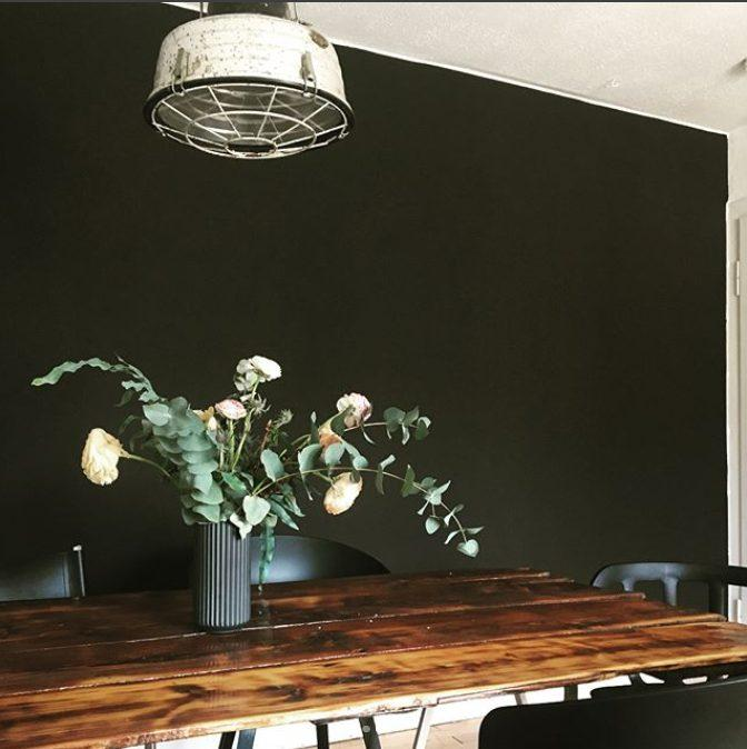 black beauty. #industrialliving #blackwall #esszimmer #diytisch #ranunkeln