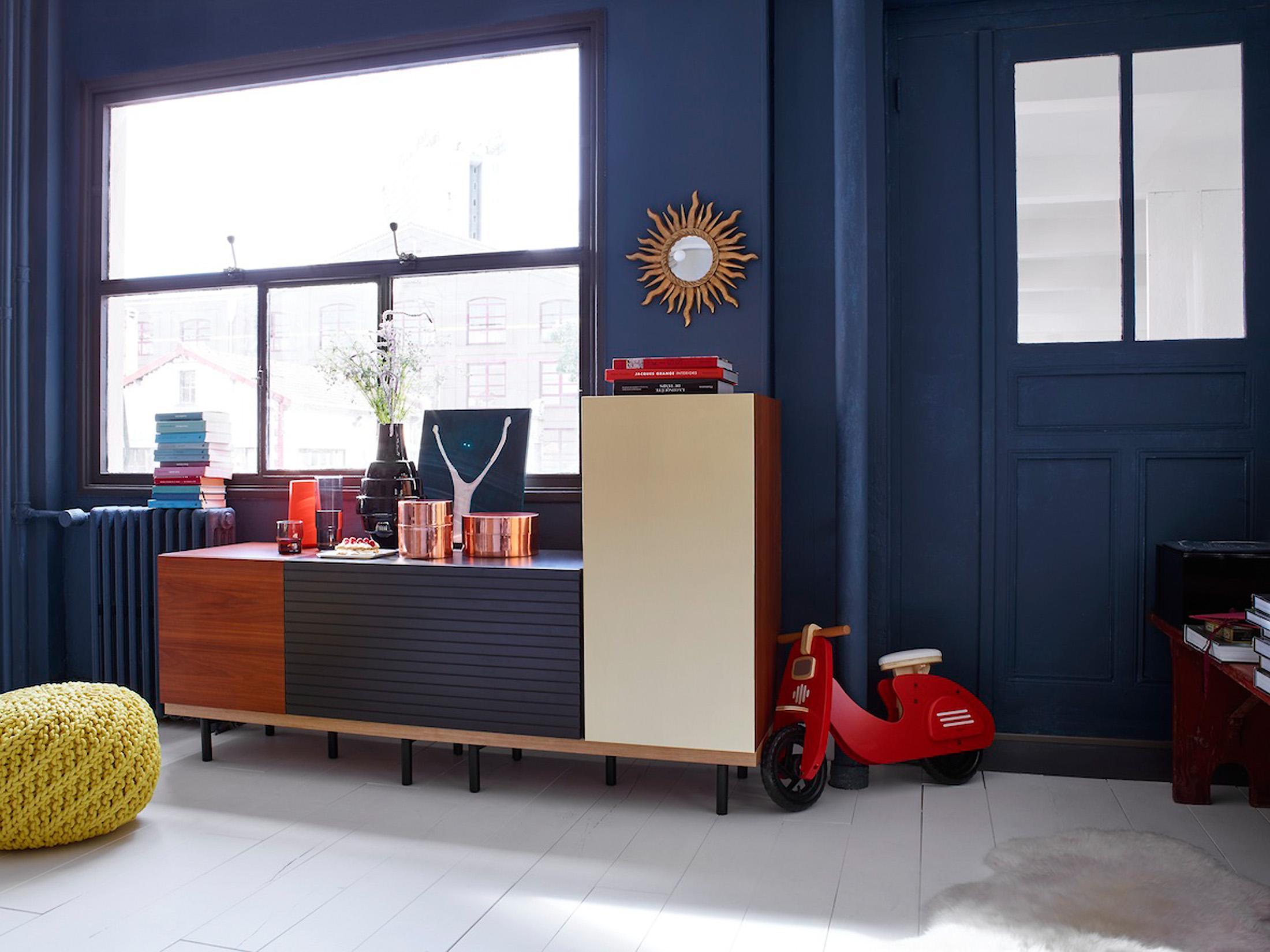 Blaue Wandgestaltung Im Wohnzimmer #wohnzimmer #wandgestaltung #sideboard  #blauewandfarbe #zimmergestaltung ©Habitat