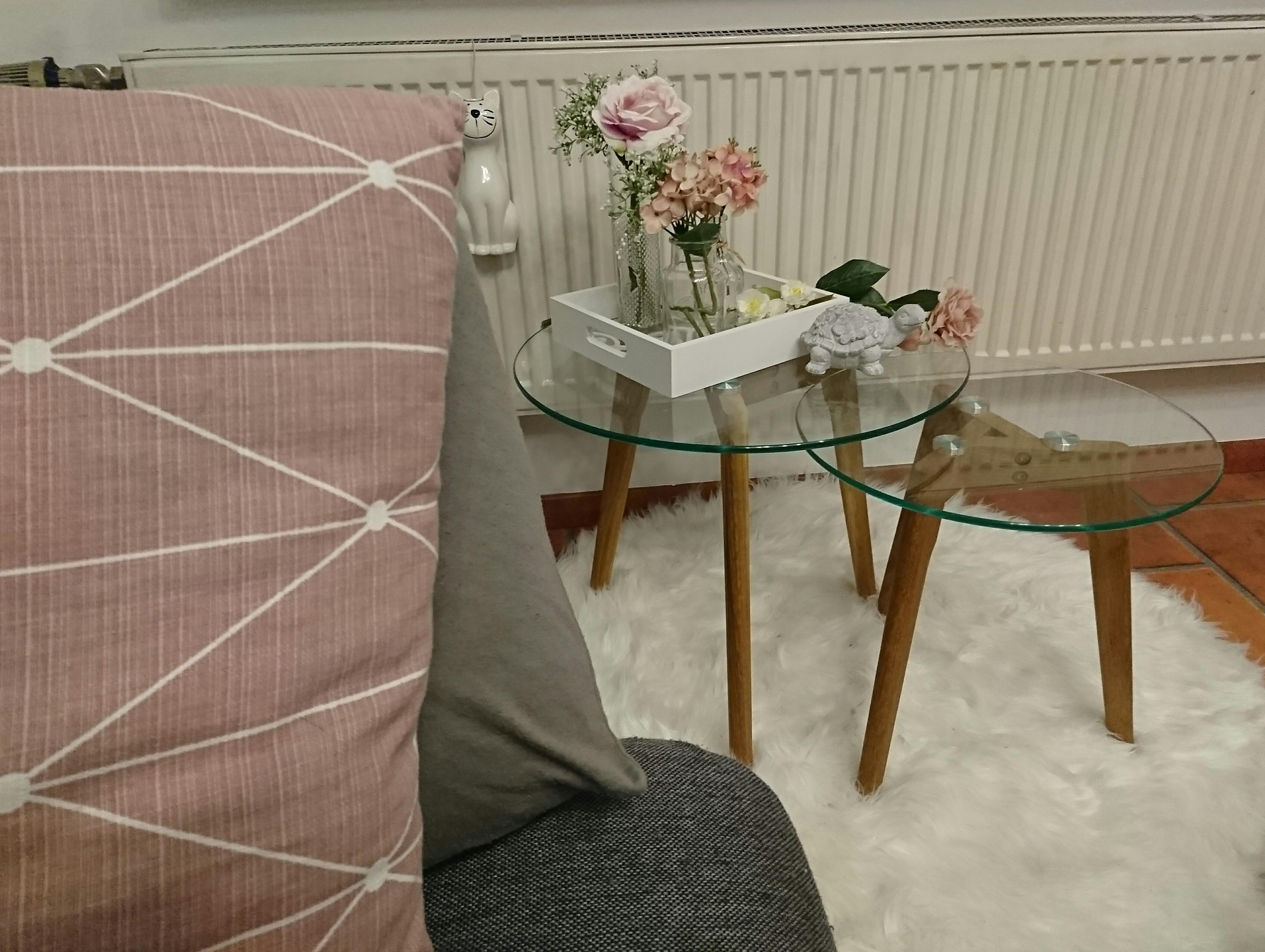 Blick vom Sofa #blumen #wohnzimmer #rosa #grau #couc...
