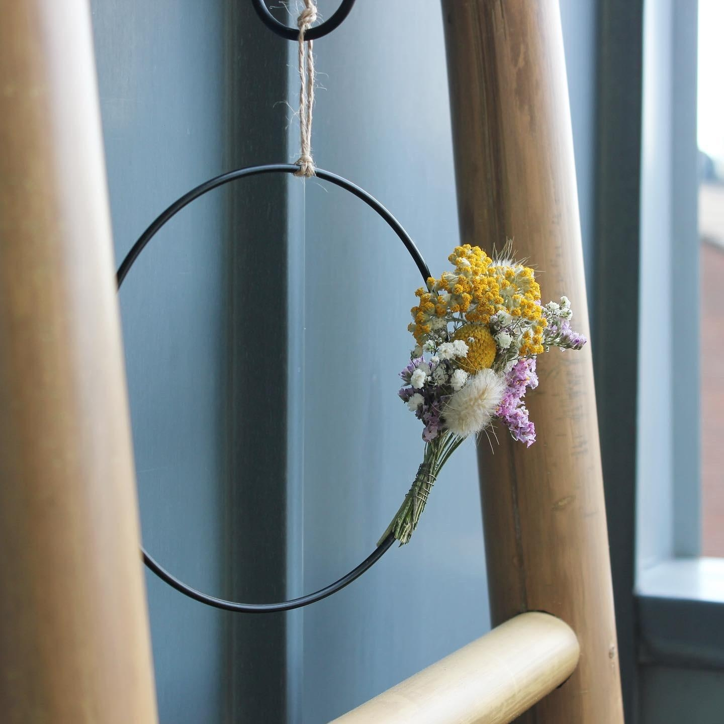 #bloominghoops #instagram.com/blooming.hoops #trockenblumen #reifen #interior #balcony #homedecor #couchliebt