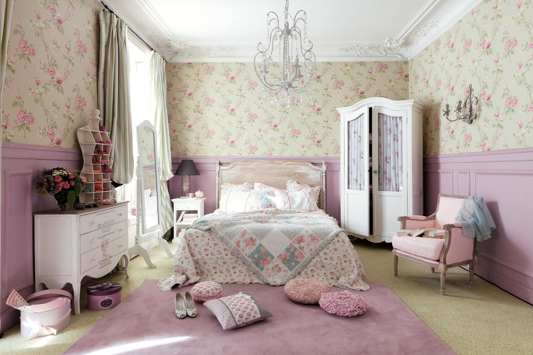 Blumenmuster Im Rosafarbenen Schlafzimmer #kronleuchter #wandgestaltung  #rosawandfarbe ©Maisons Du Monde