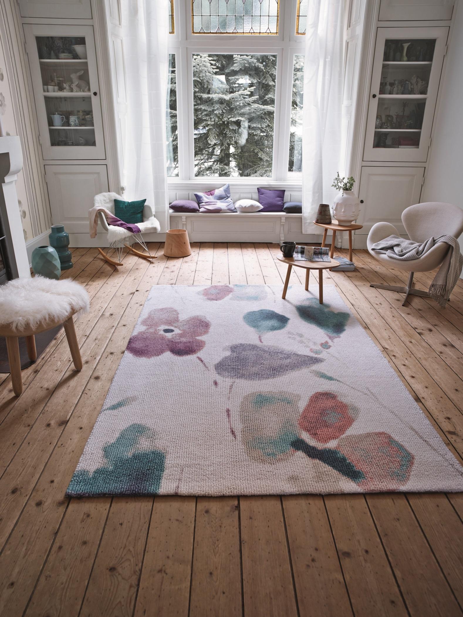 Blumenteppich In Pastellfarben #dielenboden #hocker #teppich #sessel  #kissen #schaukelstuhl #