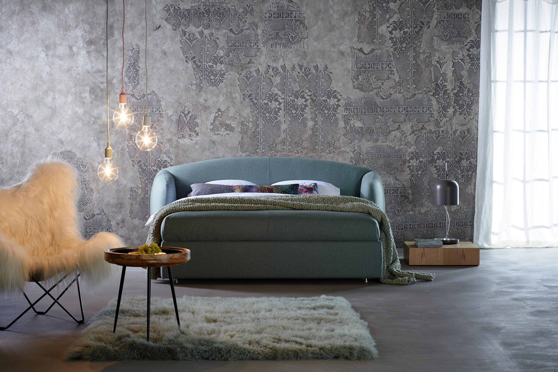 Boxspringbett Im Schlafzimmer #betonboden #boxspringbett  #schlafzimmerbeleuchtung #zimmergestaltung ©Schramm