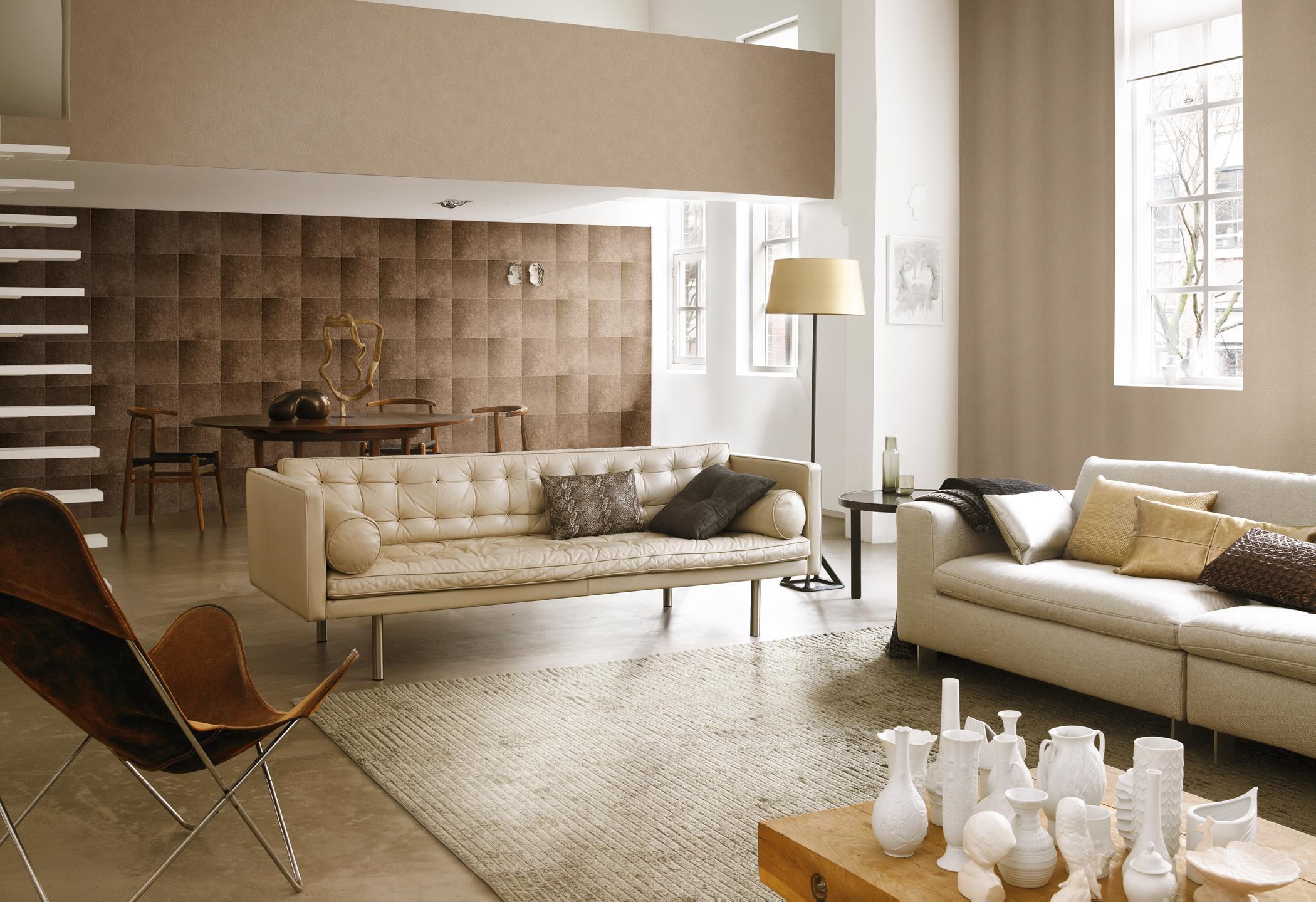Hervorragend Braun Gemusterte Tapete Im Klassischen Wohnzimmer #ledersofa  #wandgestaltung #stehlampe #vliestapete ©Rasch