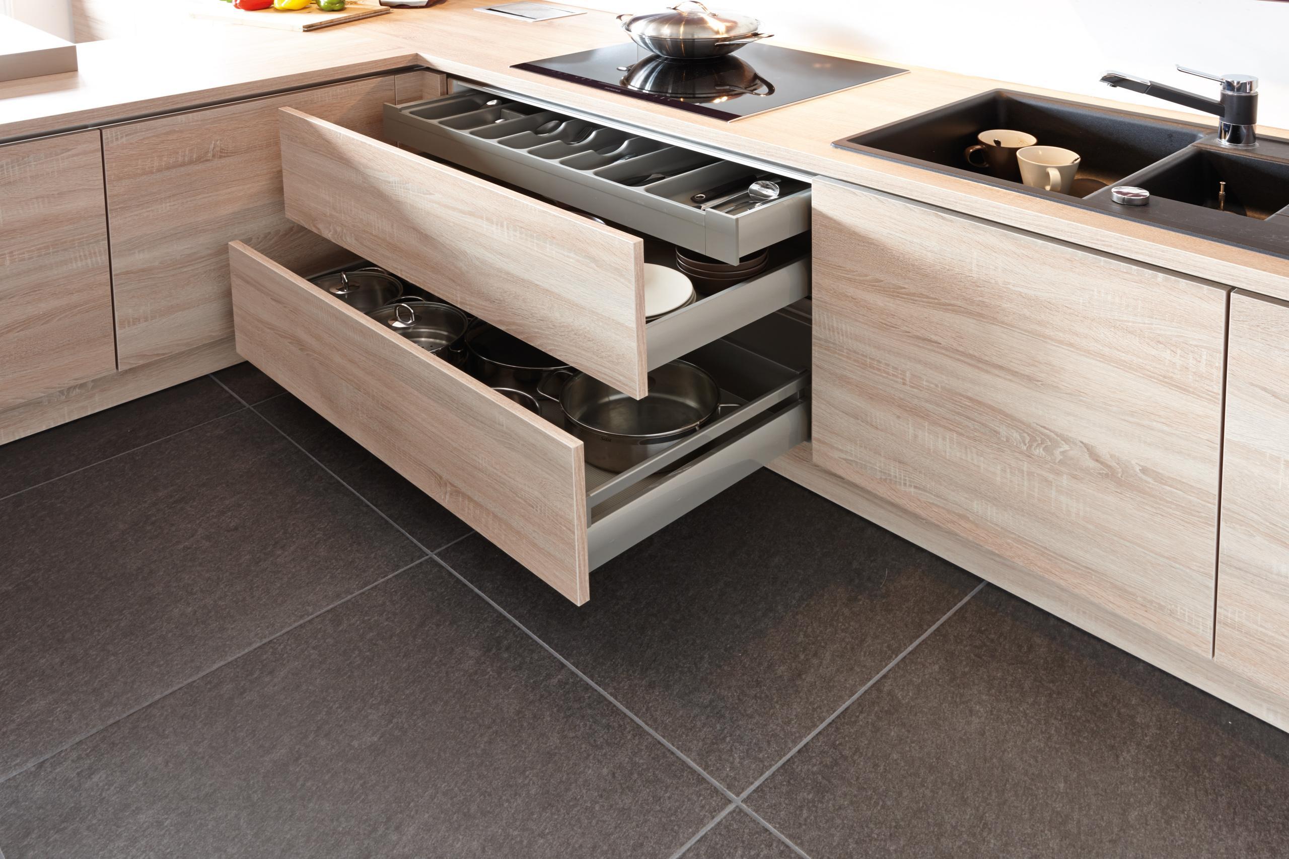 Breite Auszugschränke unter dem Kochfeld #küche ©Küc