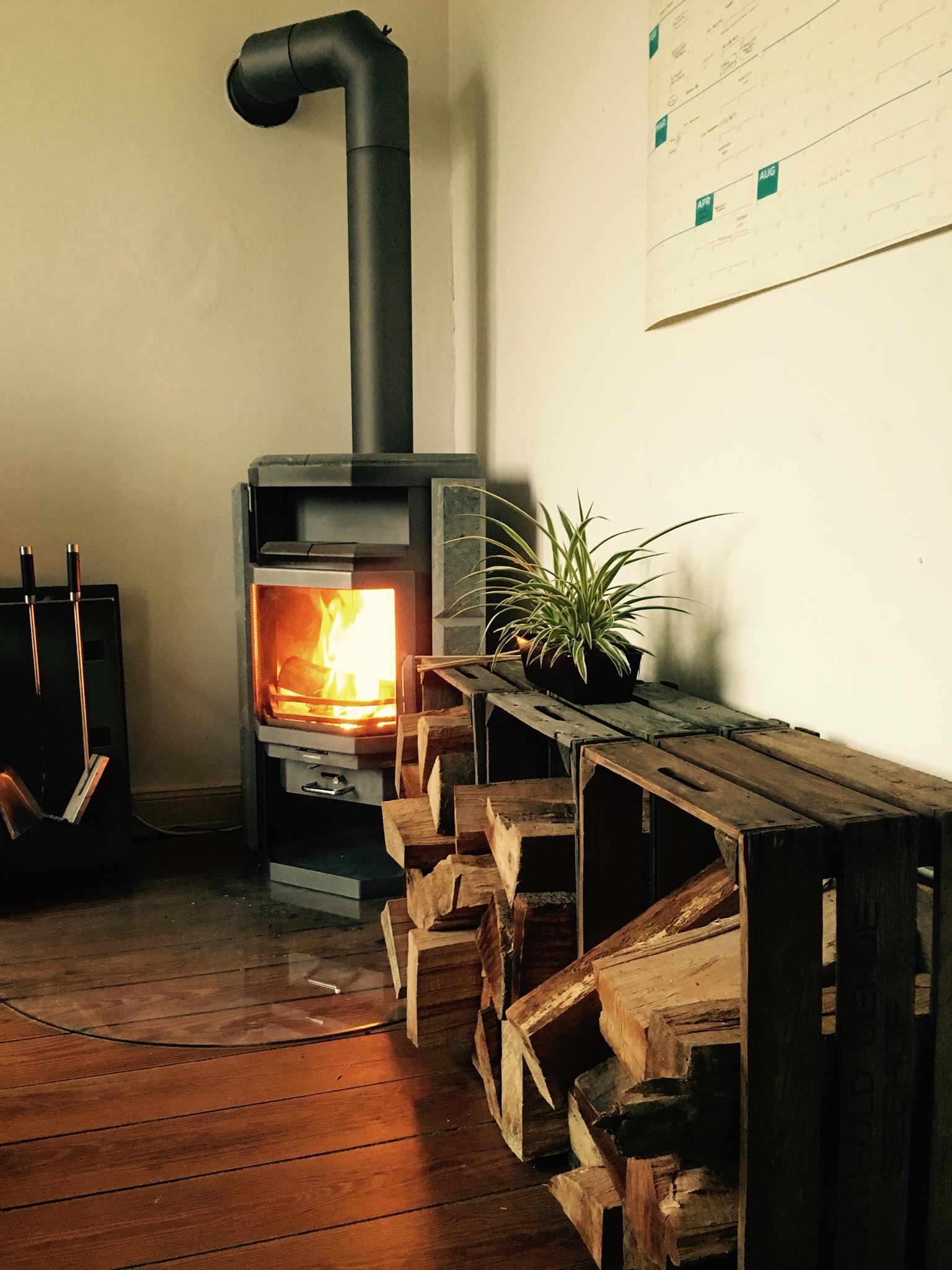 Brennholz Aufgefullt Schwedenofen Kaminholzaufbewahrung Weinkisten Ofen Winterkannkommen