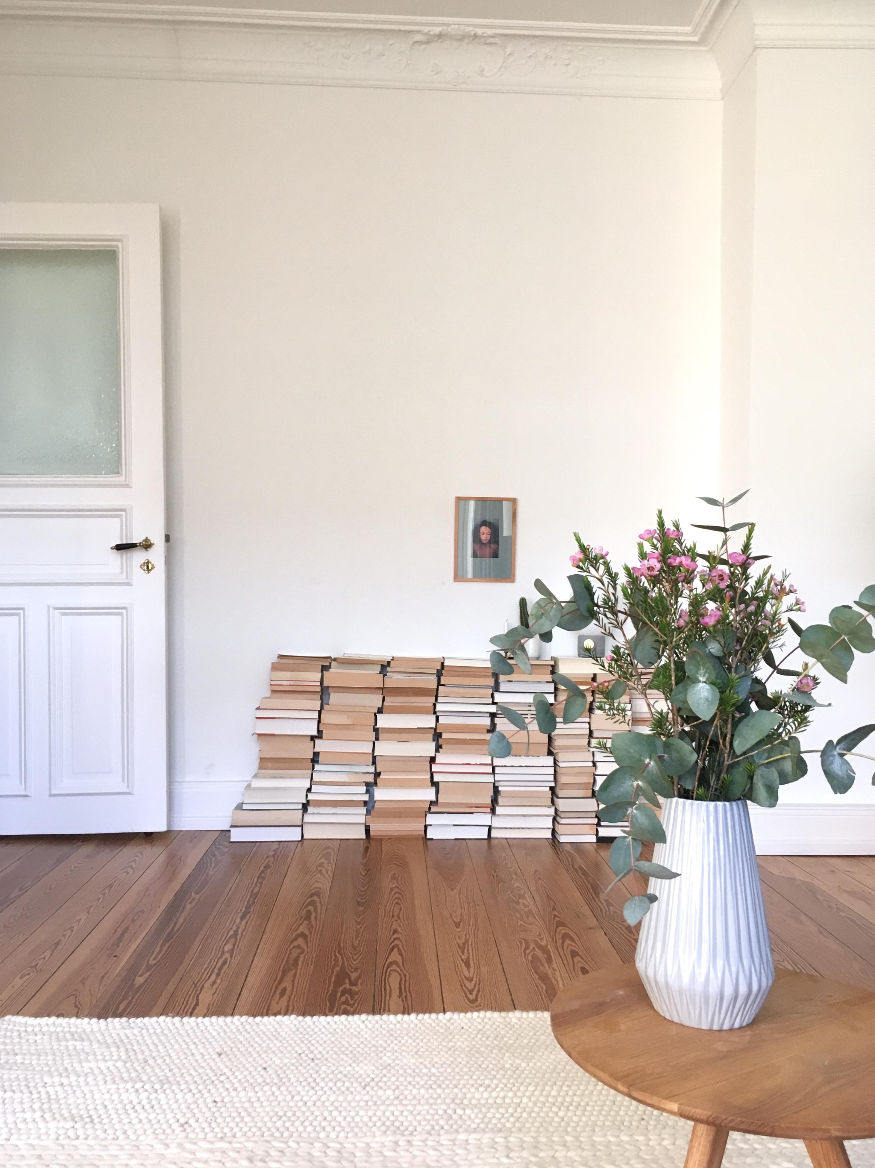 bücher #biücherstapel #wohnzimmer #altbau #altbauli...