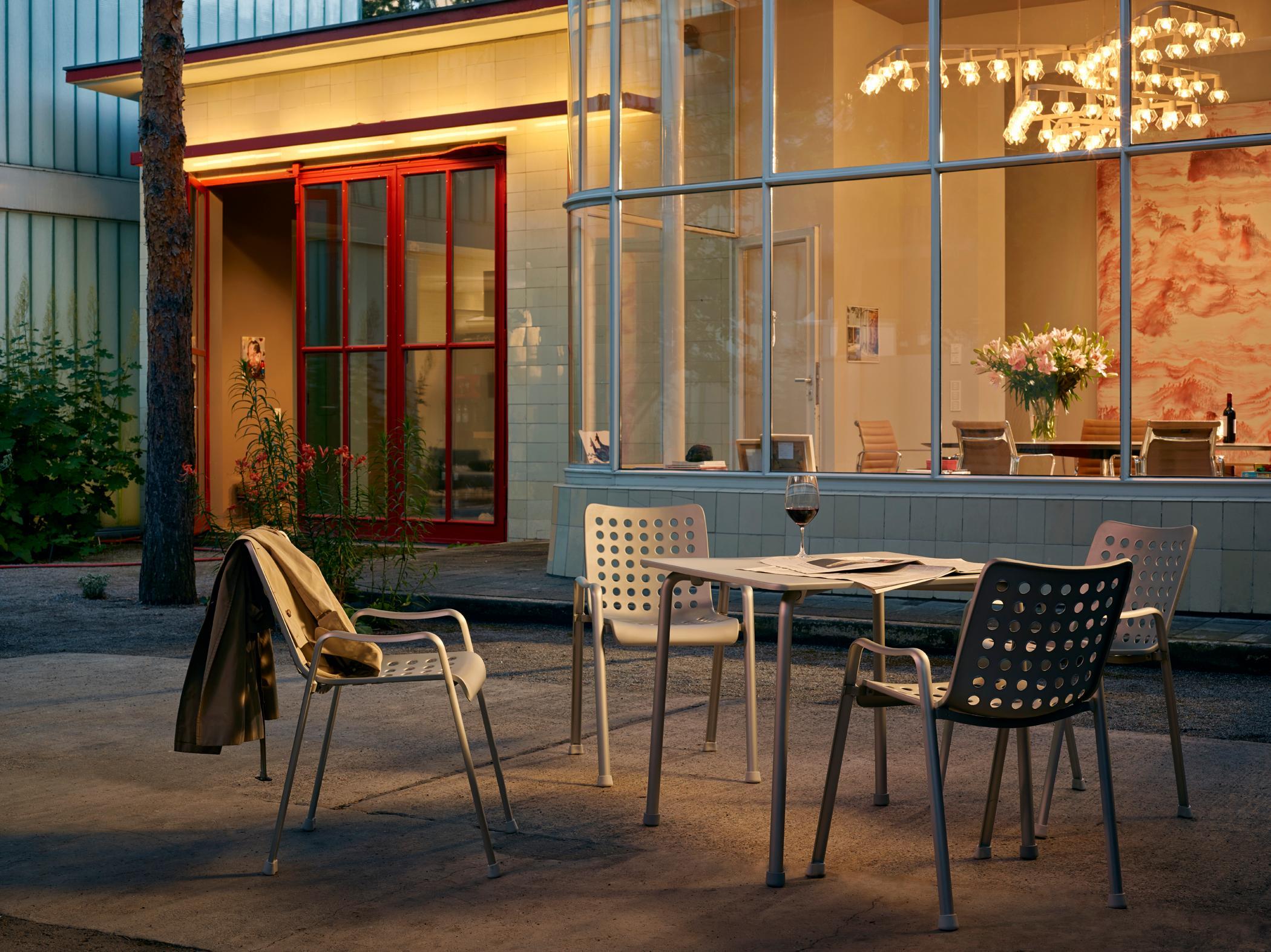 Café Atmosphäre Mit Gartenmöbeln Kronleuchter Gart