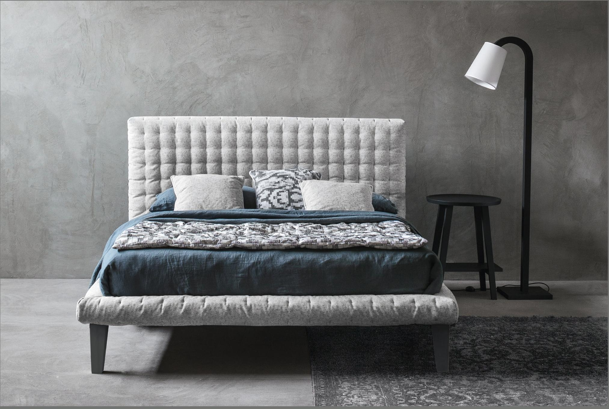 Charmantes Polsterbett. In vielen Stoffen. #bett #scandistyle #design Blue Wall Design